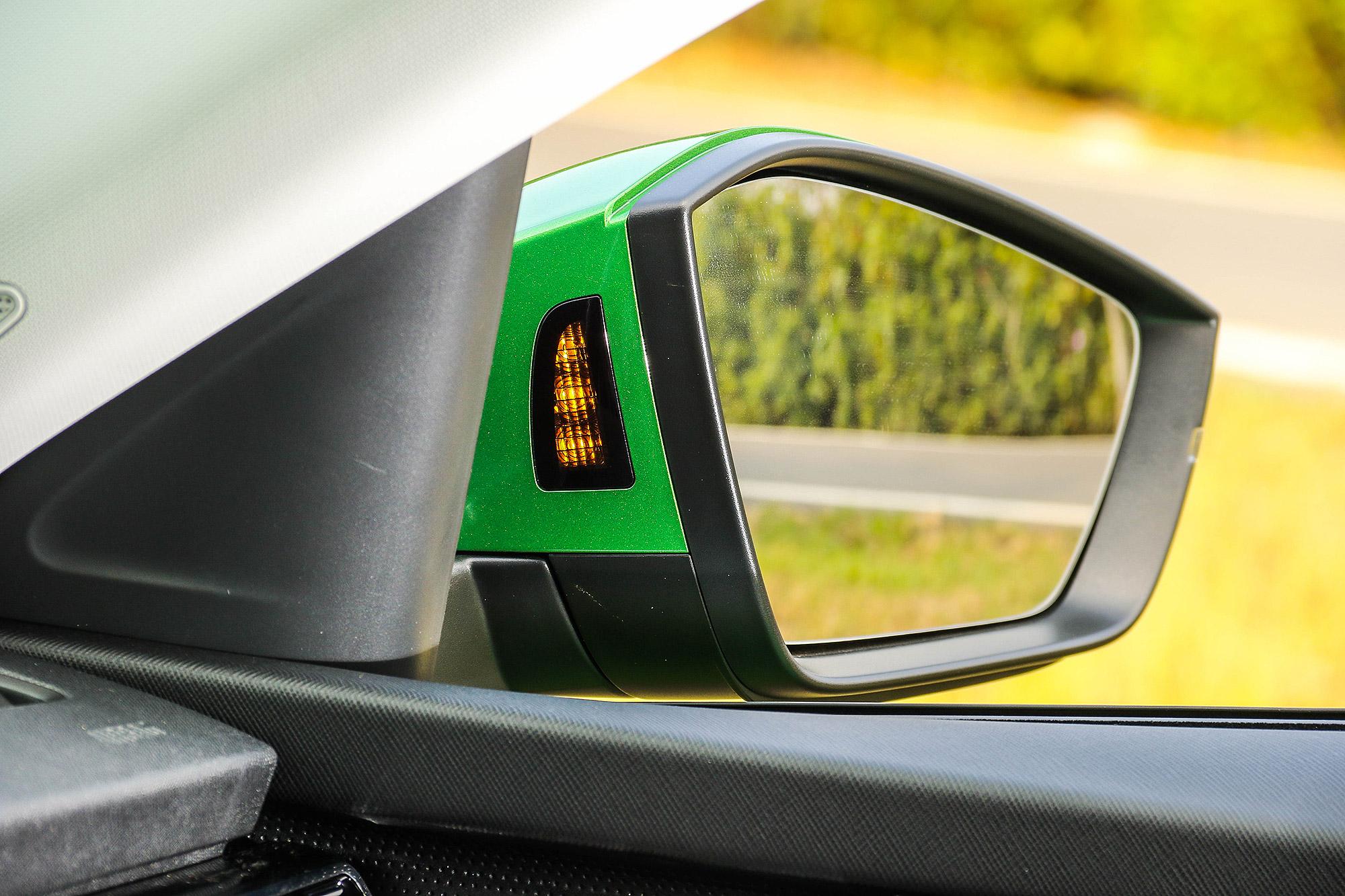 Side Assist 不但偵測距離可達 70 公尺,位於後視鏡內側的警示燈號辨識度也較為清晰。