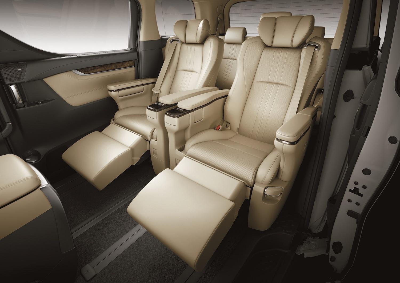 全車配備 Semi-Aniline 頂級真皮座椅,第二排更採用頭等艙 VIP 級 Ottoman 大型座椅。
