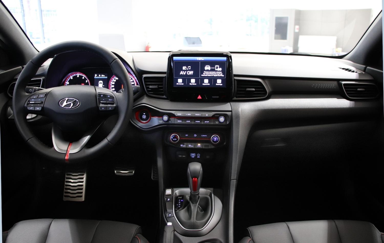 駕駛導向的內裝設計呈現強烈戰鬥氣息。