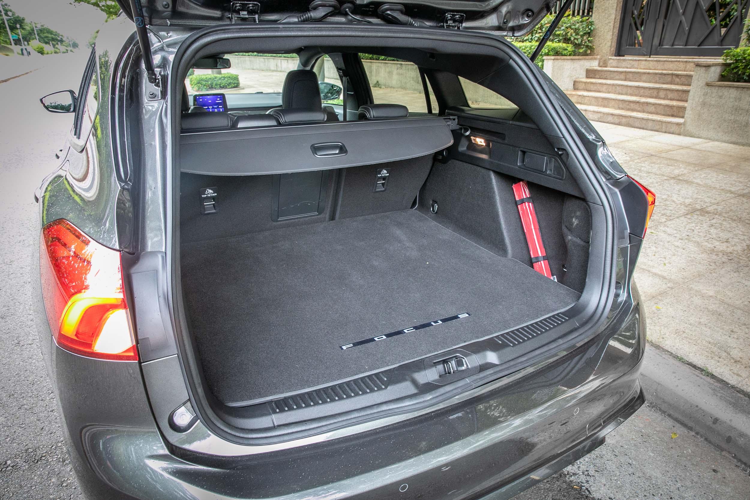 標準乘坐狀態時後廂容積可達 694 公升,若把後座椅背傾倒,還可擴充至 1576 公升。
