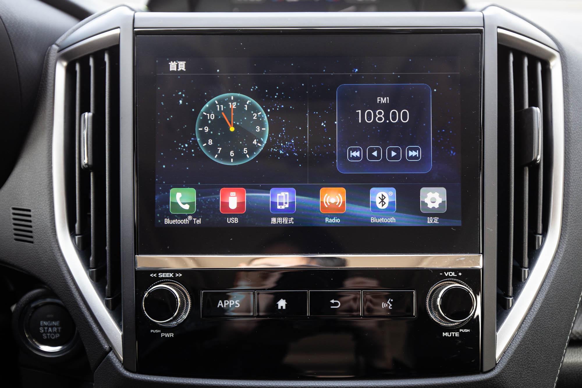 中控台中央的 8 吋 LCD 智慧影音多點觸控螢幕。