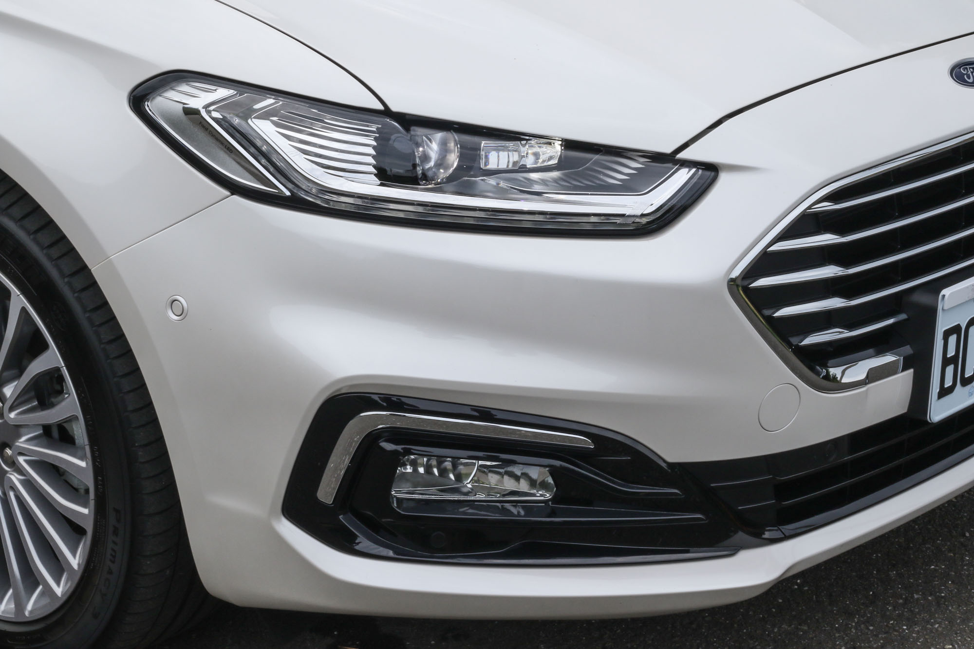 主動式 LED 智慧頭燈整合 AFS 主動式轉向照明輔助與 AHB 自動遠光燈,可在偵測到對向來車時自動切換至近光燈。