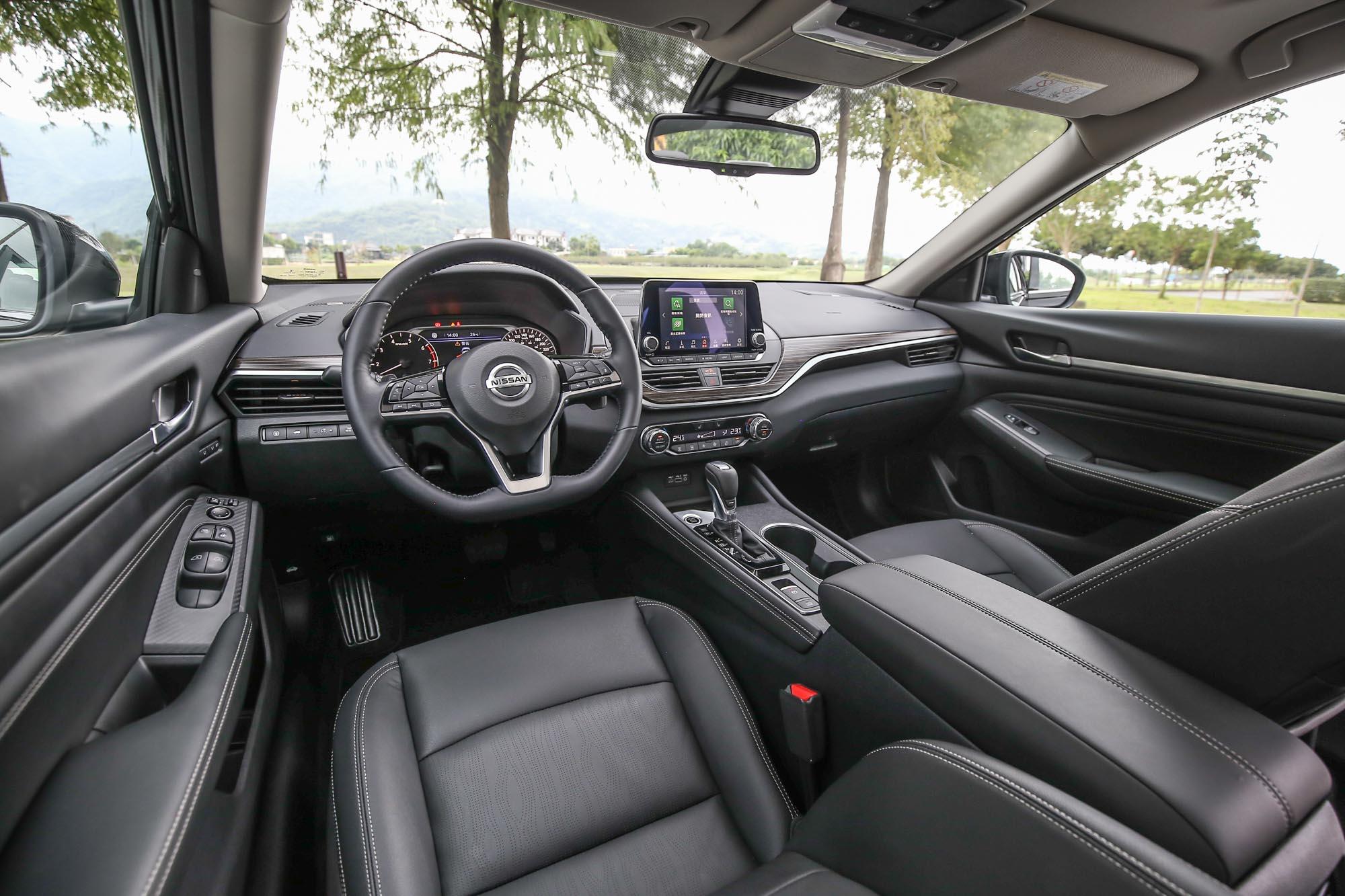 內裝陳列簡潔卻不失質感,車室隔音在國道上也處理得可圈可點。