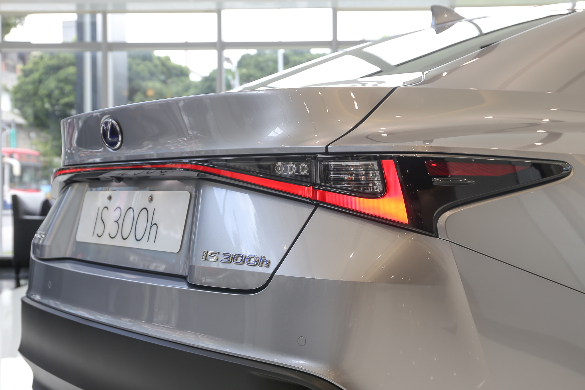 貫穿式 LED 尾燈為最大辨識特色。