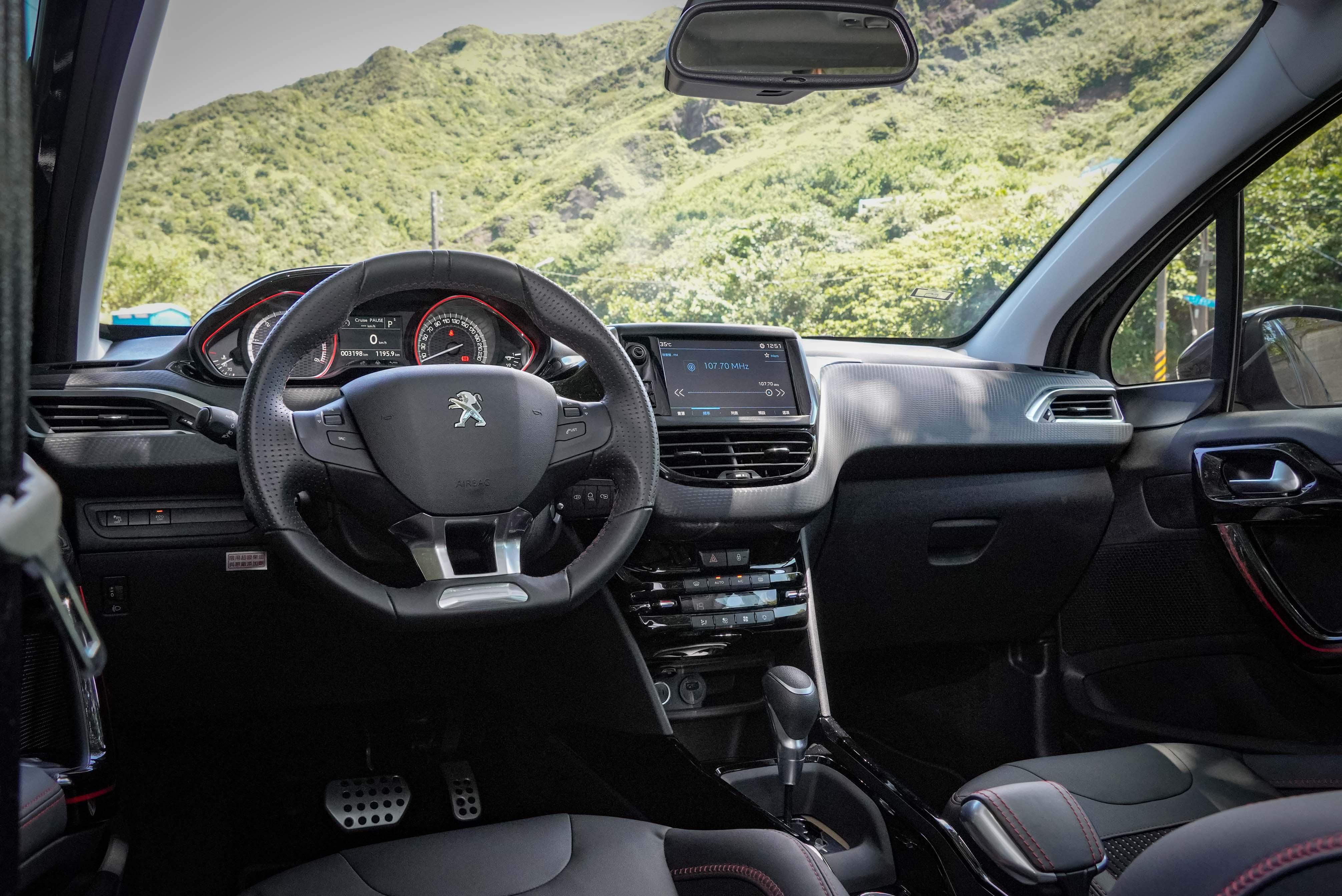 2008 特仕版內裝標配皮革包覆方向盤與鍍鉻裝飾、全車染色隔熱玻璃、三模式雙區數位恆溫空調系統。