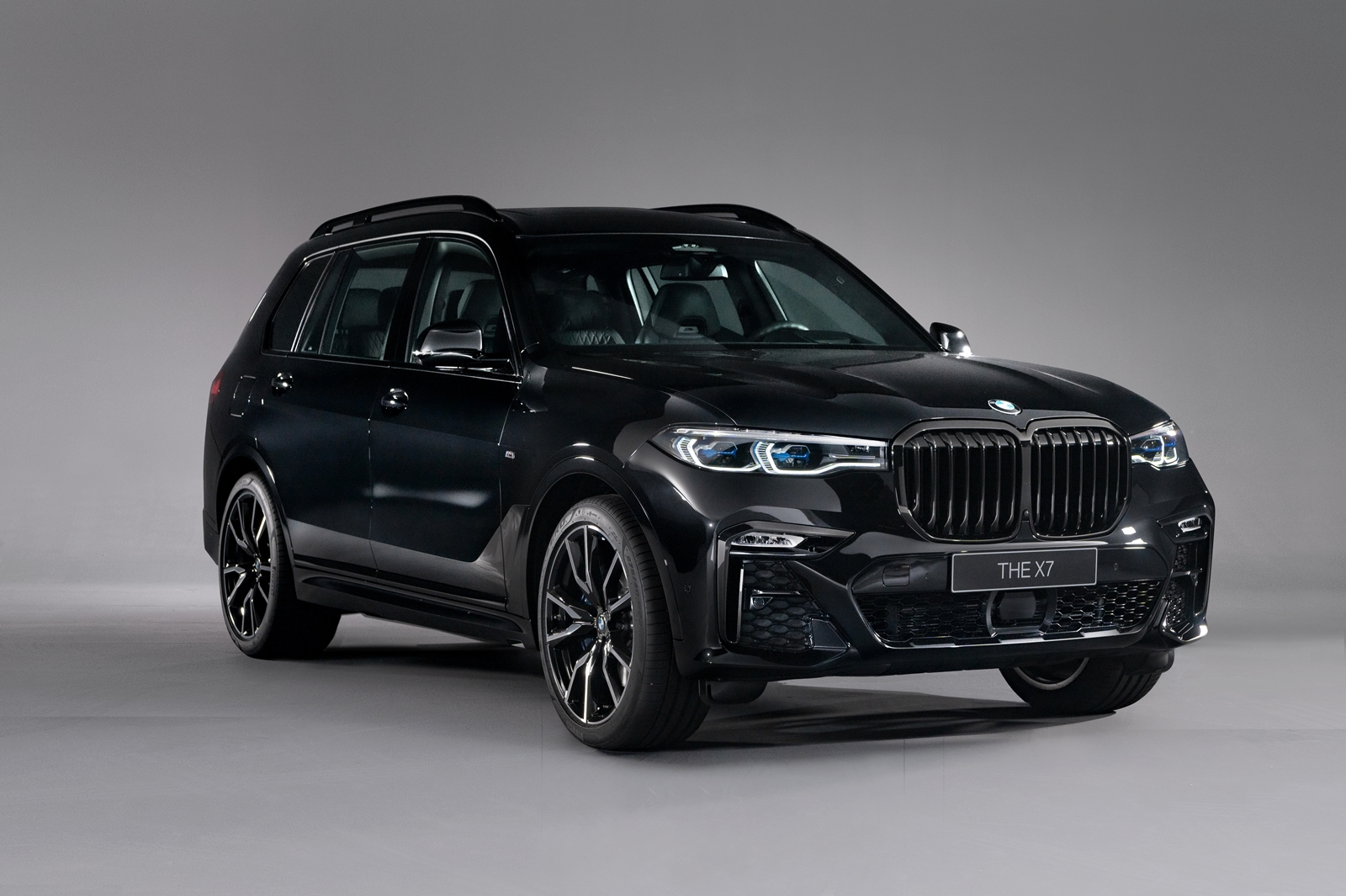 BMW X7 Dark Knight曜黑版。
