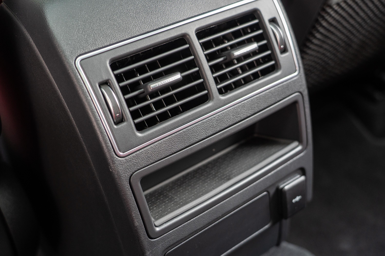 試駕車款有選配空調套件,103,800 元的選配價中會有包含空氣品質偵測功能+PM 2.5 車內負離子系統,與四區恆溫空調(試駕車為認證車,因此選配項目中少了四區恆溫空調配備)。