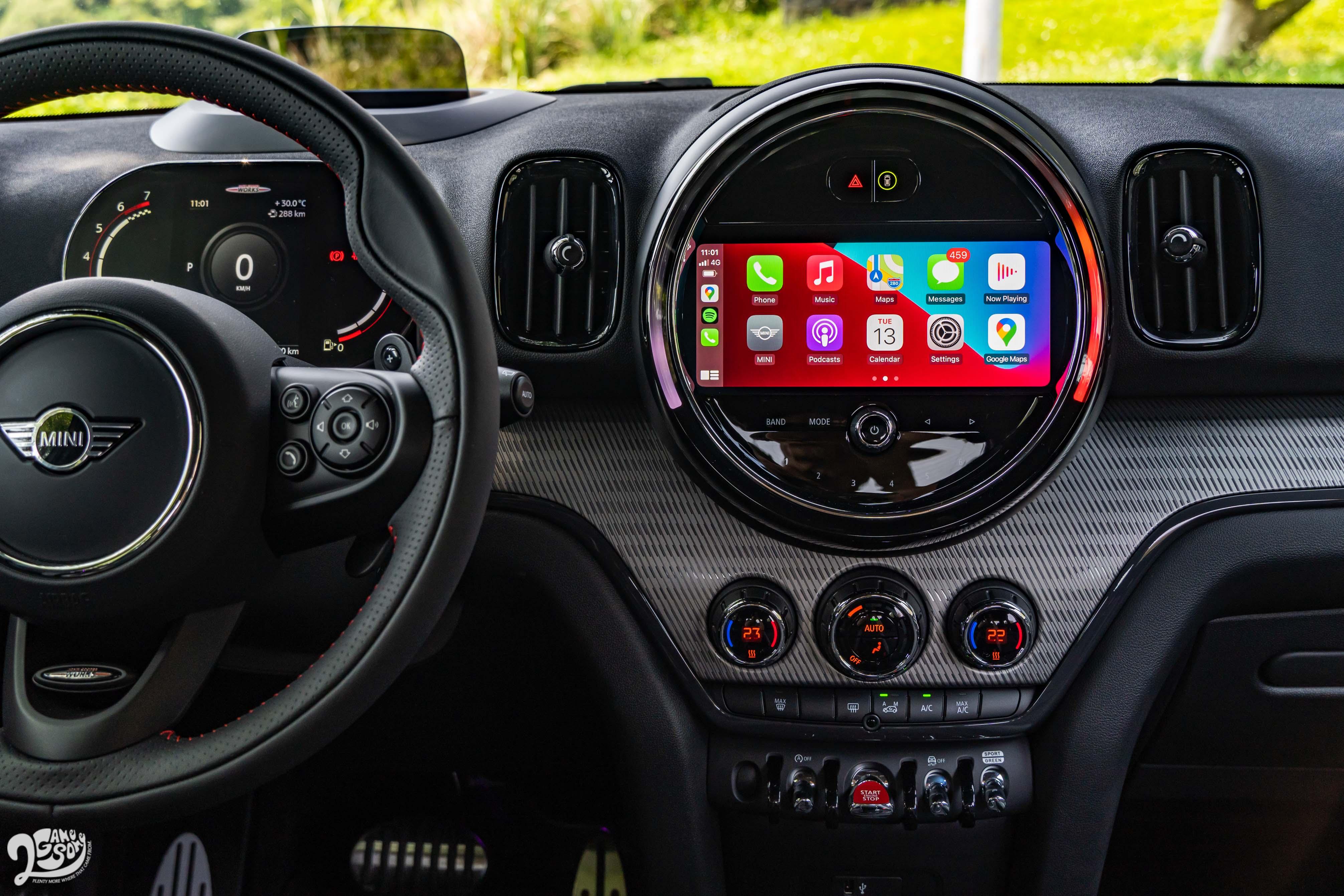 中控台上有 8.8 吋觸控螢幕,除了繁體中文介面外,也支援無線 Apple CarPlay。