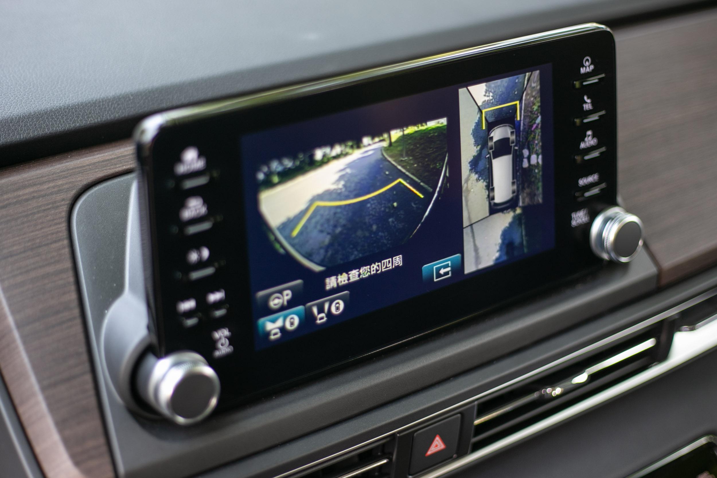 倒車顯影與 360 度環景皆配備,但顯示畫素較為粗糙。