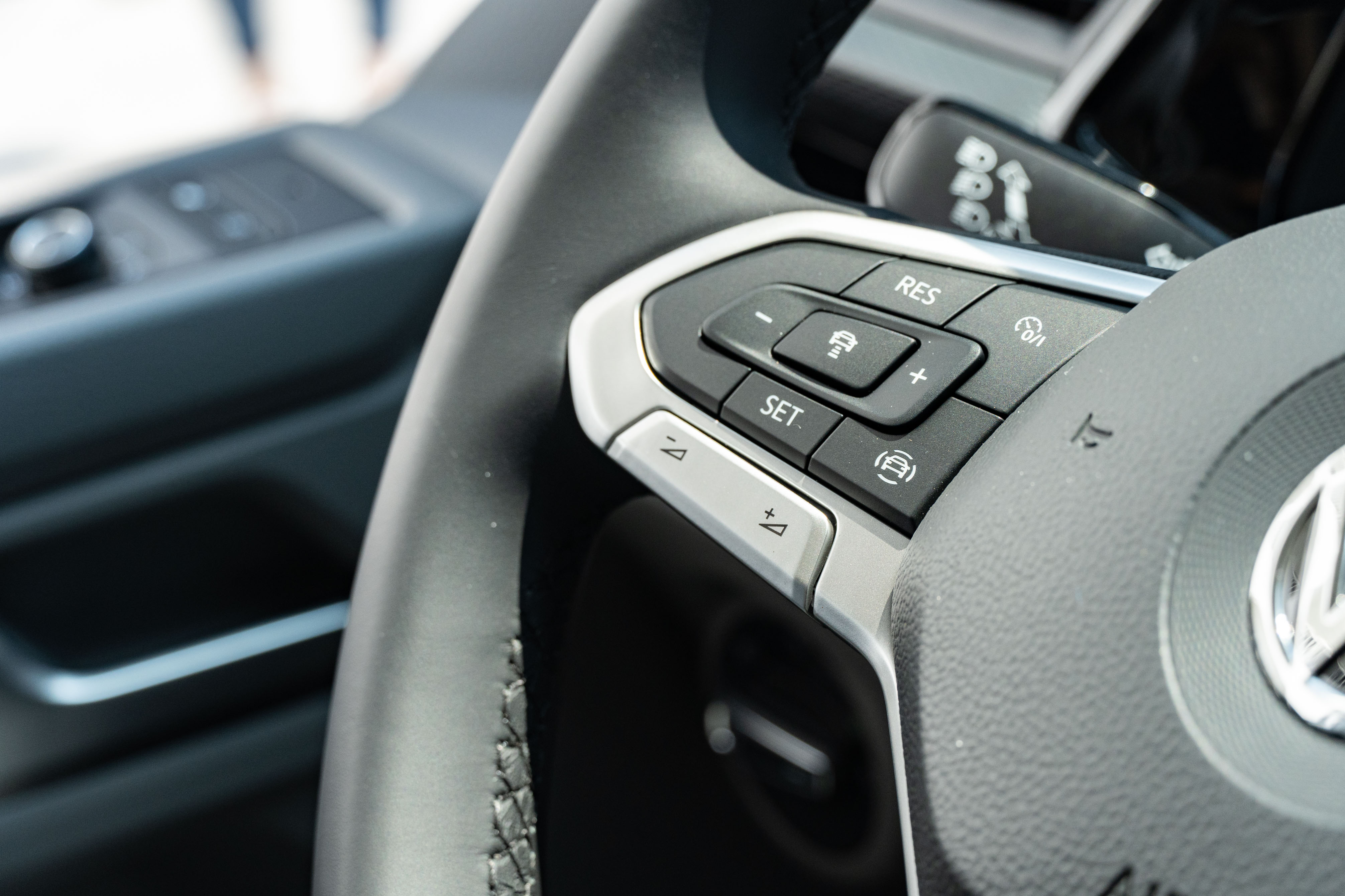 真皮多功能方向盤將 ACC 控制整合在左側按鈕區。