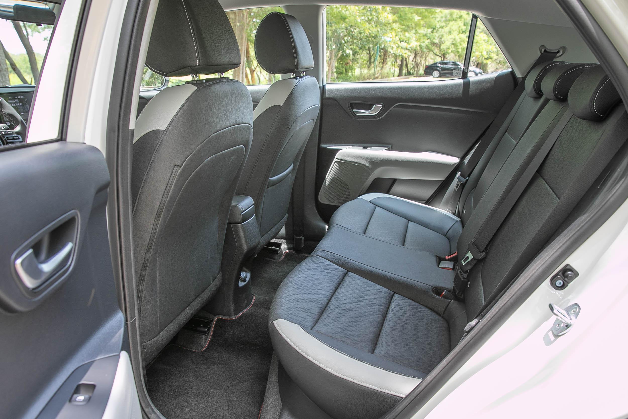 2580mm 軸距在同級中雖然不算長,但透過得宜的座椅設計,與腰線安排,後座的乘坐性挺舒適,沒有過於侷促的不適感。