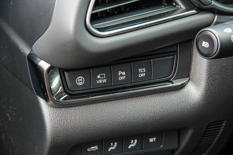 360° 環景輔助系統(左二按鈕)是旗艦型以上的配備。