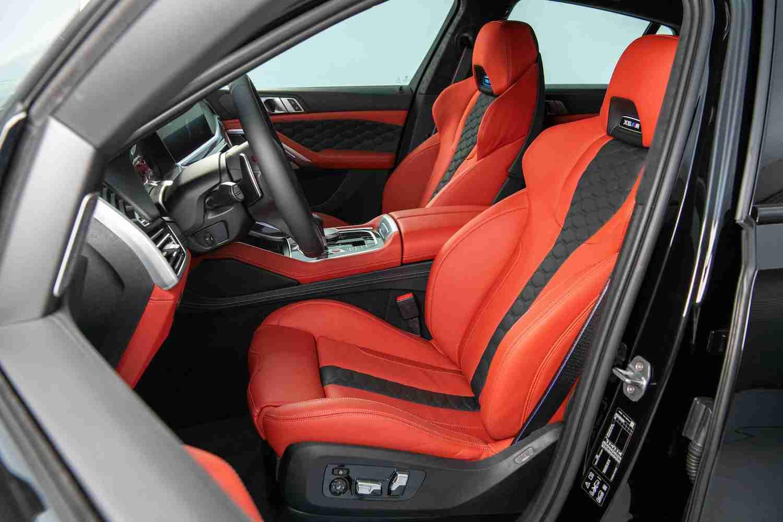 Merino 皮革 M 專屬雙前座跑車座椅搭配 M 縫線安全帶。