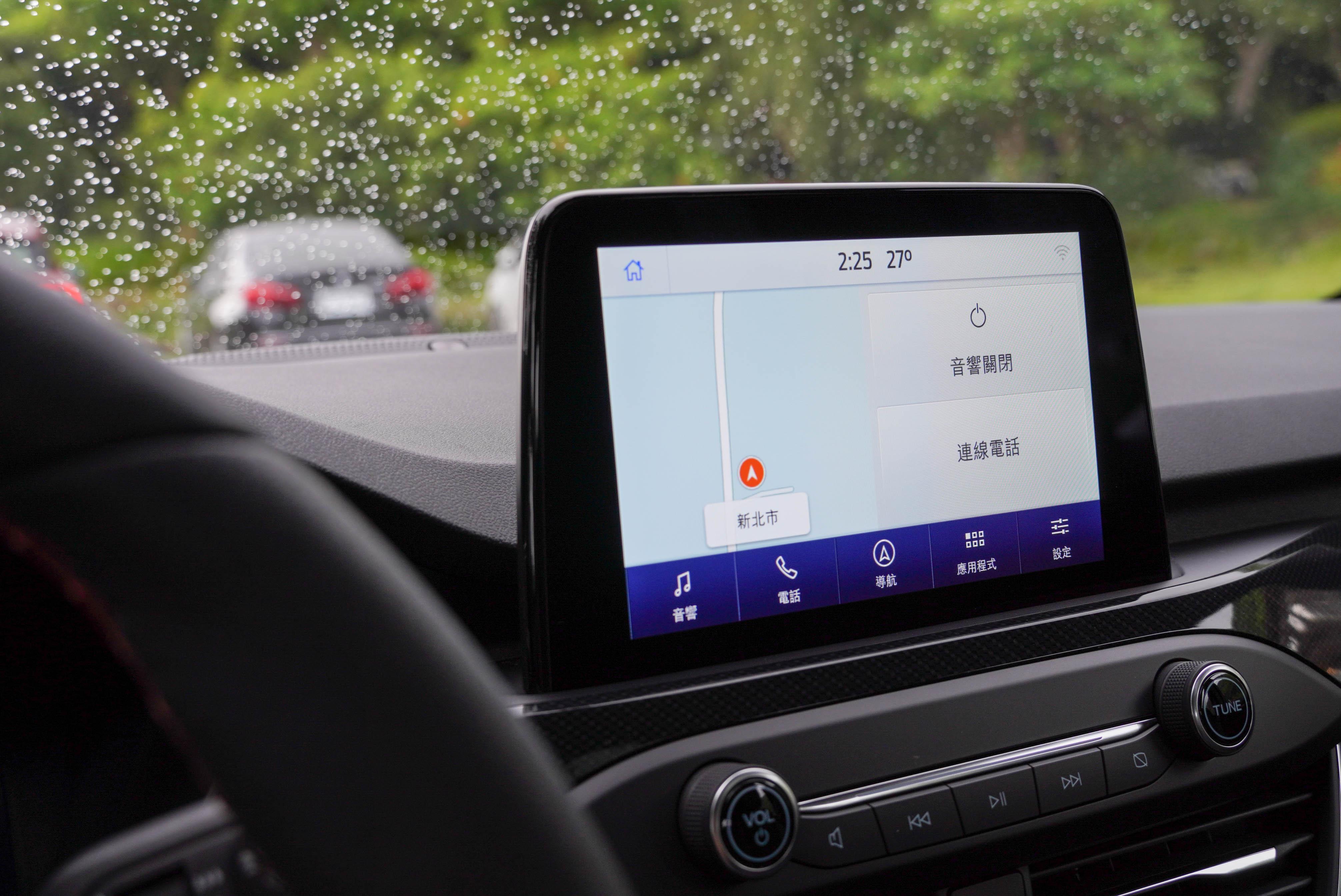 標配 8 吋懸浮式全彩 LCD 觸控螢幕,內建 SYNC® 3 娛樂通訊整合系統、廠中文衛星導航、Apple CarPlay 及 Android Auto。