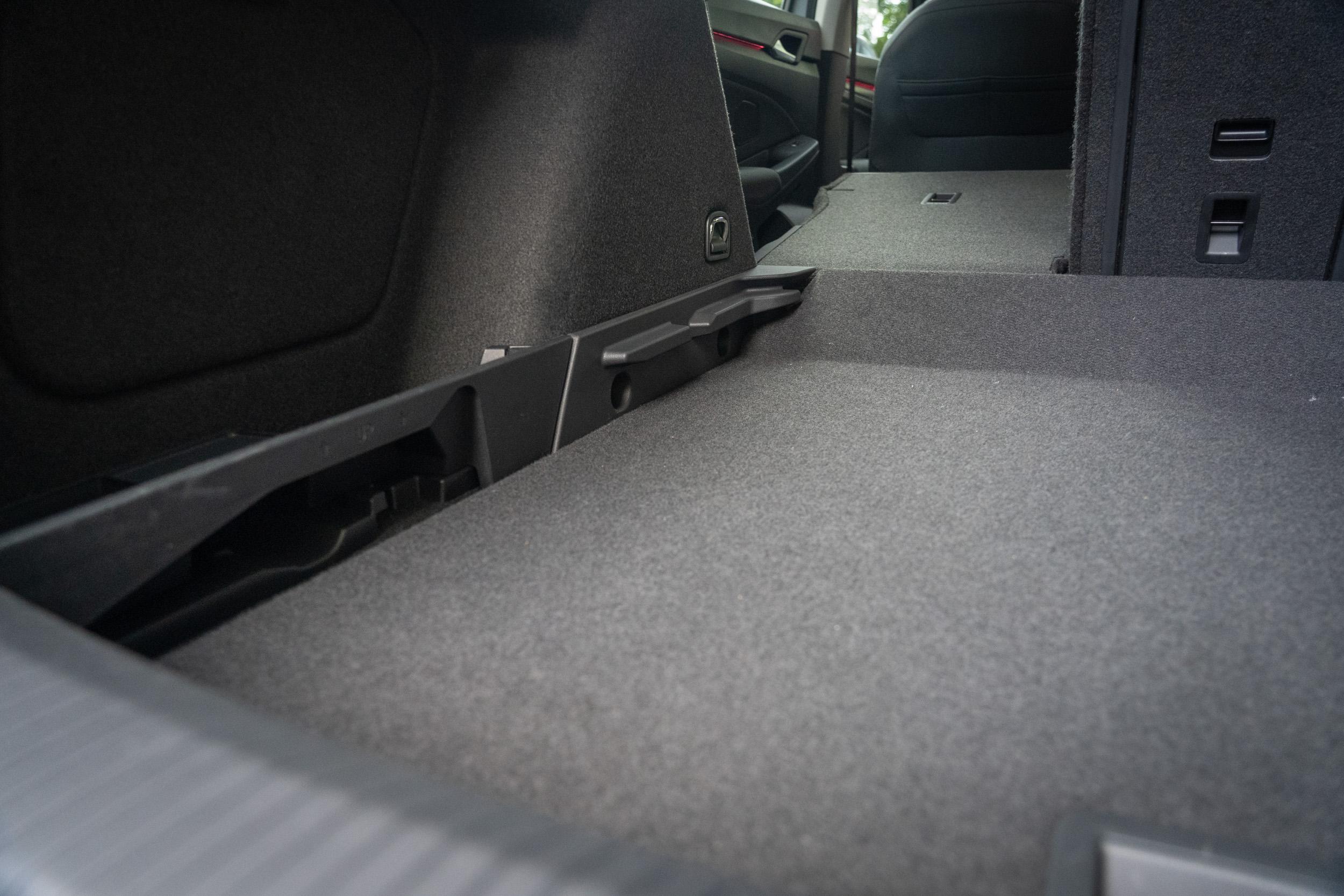 後座椅背傾倒後最大置物空間可達 1642 公升,後廂底板有兩段高低可調。