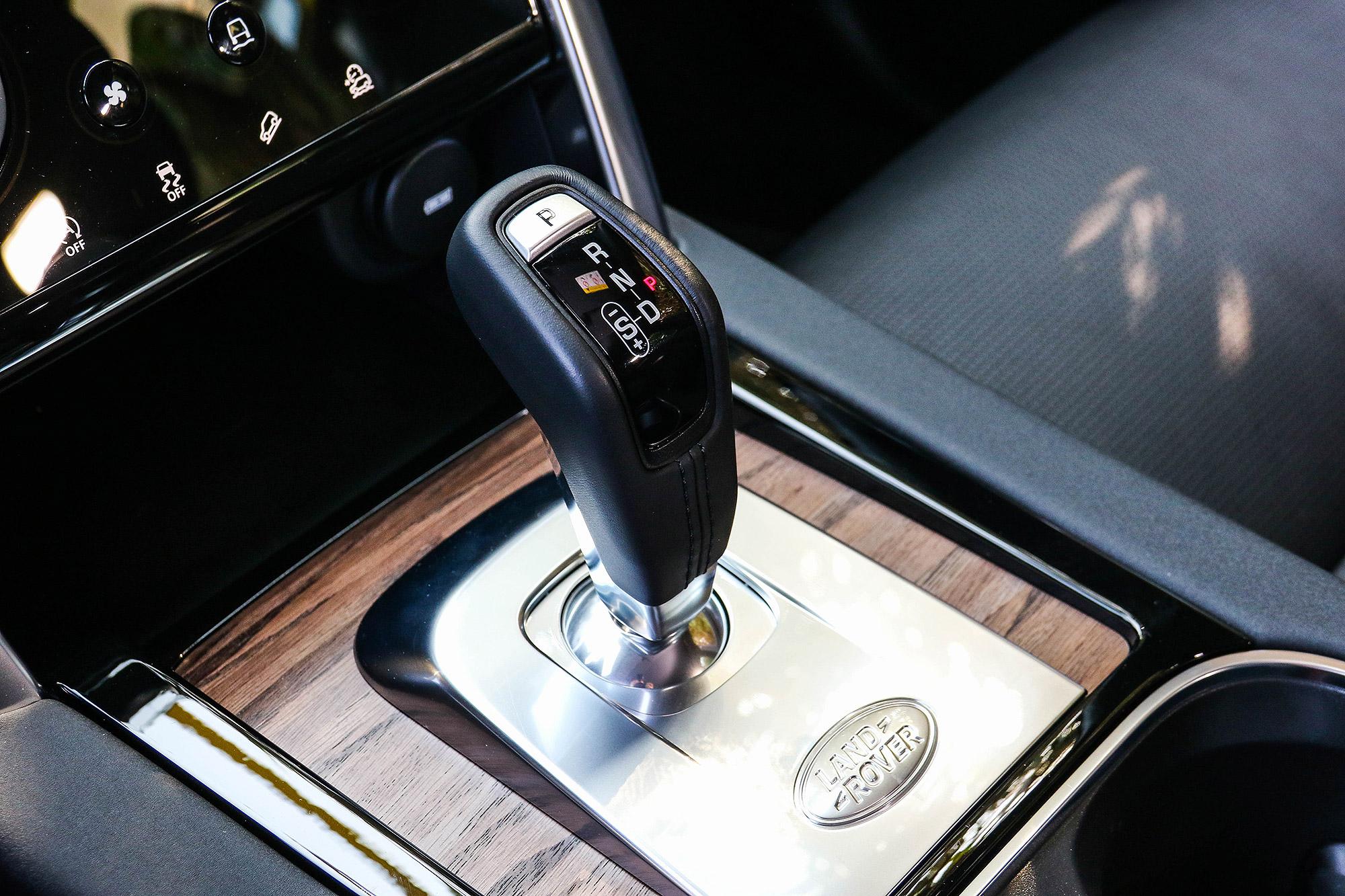 排檔介面改回傳統排檔桿的 SportShift Gear Selector 。