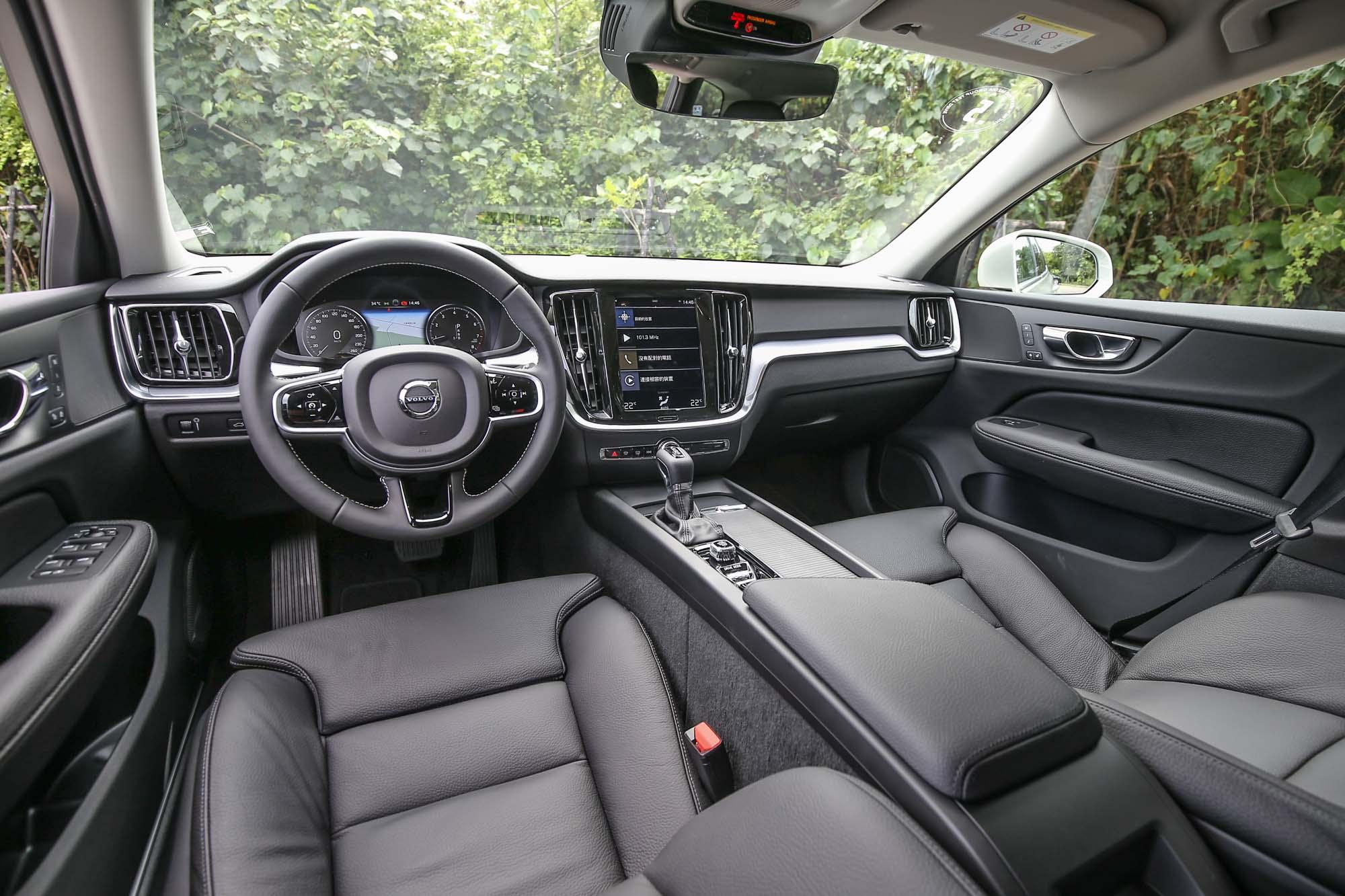 熟悉的中控臺佈局,標準的 Volvo 新世代家族風格。