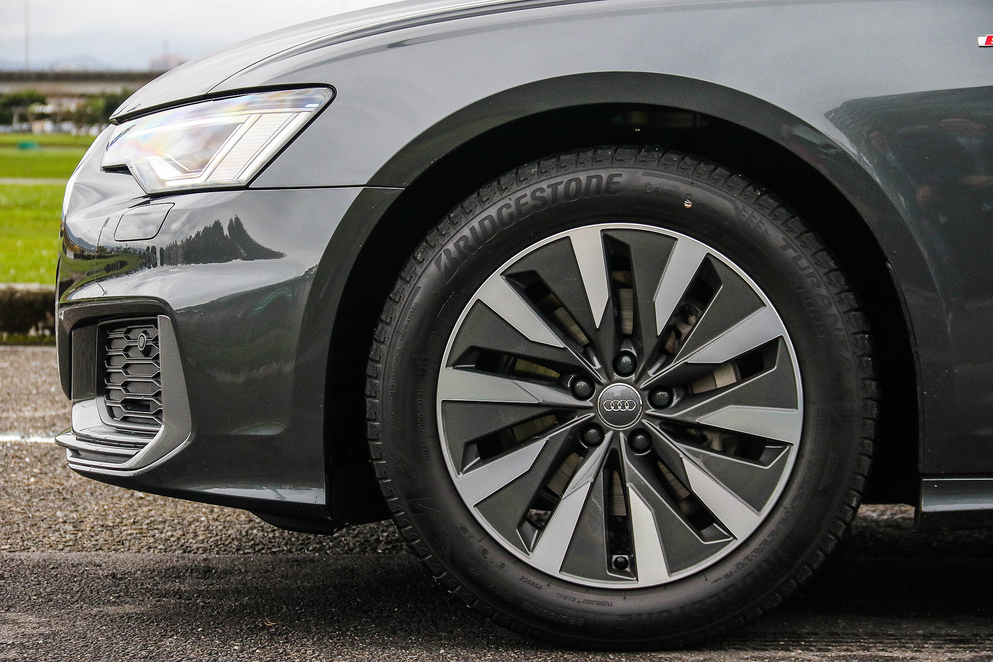 S line 套件組合整合有低風阻刀鋒式輪圈。