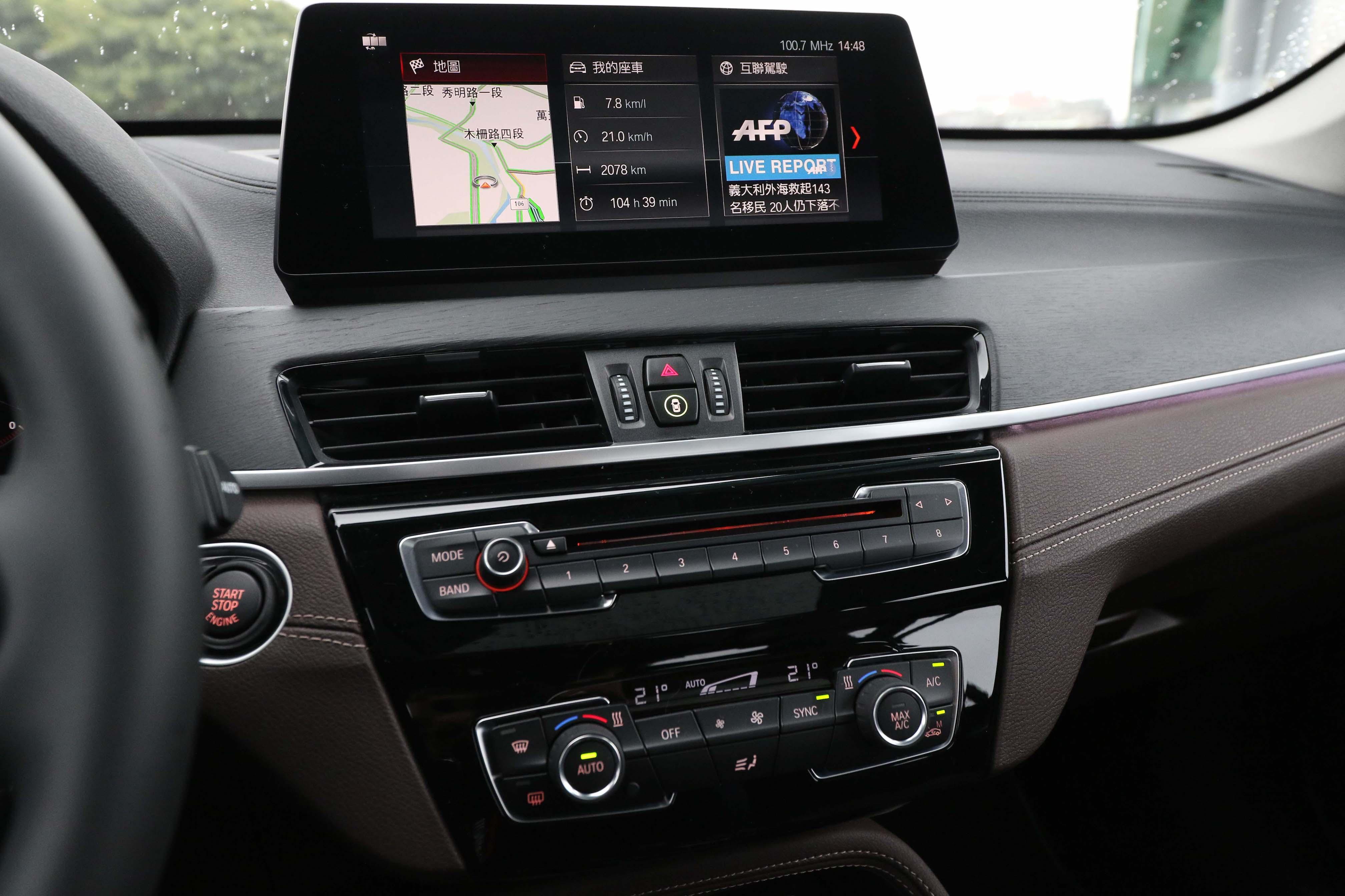 小改款 X1 採用 iDrive 6.0 系統,並升級為 10.25 吋觸控螢幕,標配無線 Apple CarPlay。