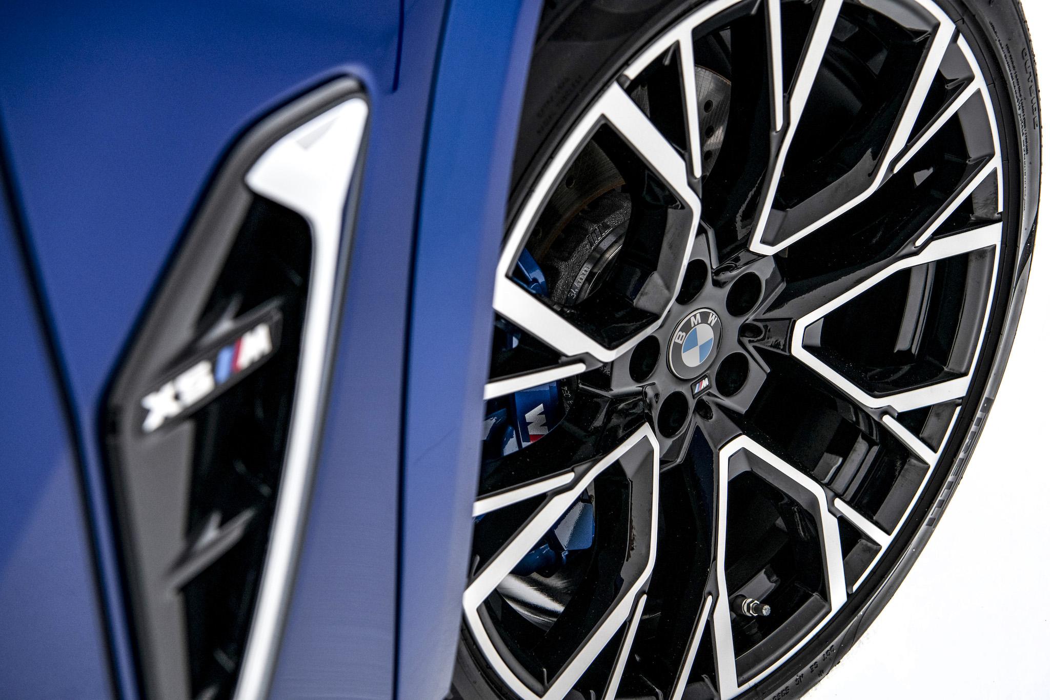 全新世代 BMW X5 M 搭載專屬的前 21、後 22 吋 M 星幅式 809M 型輪圈。