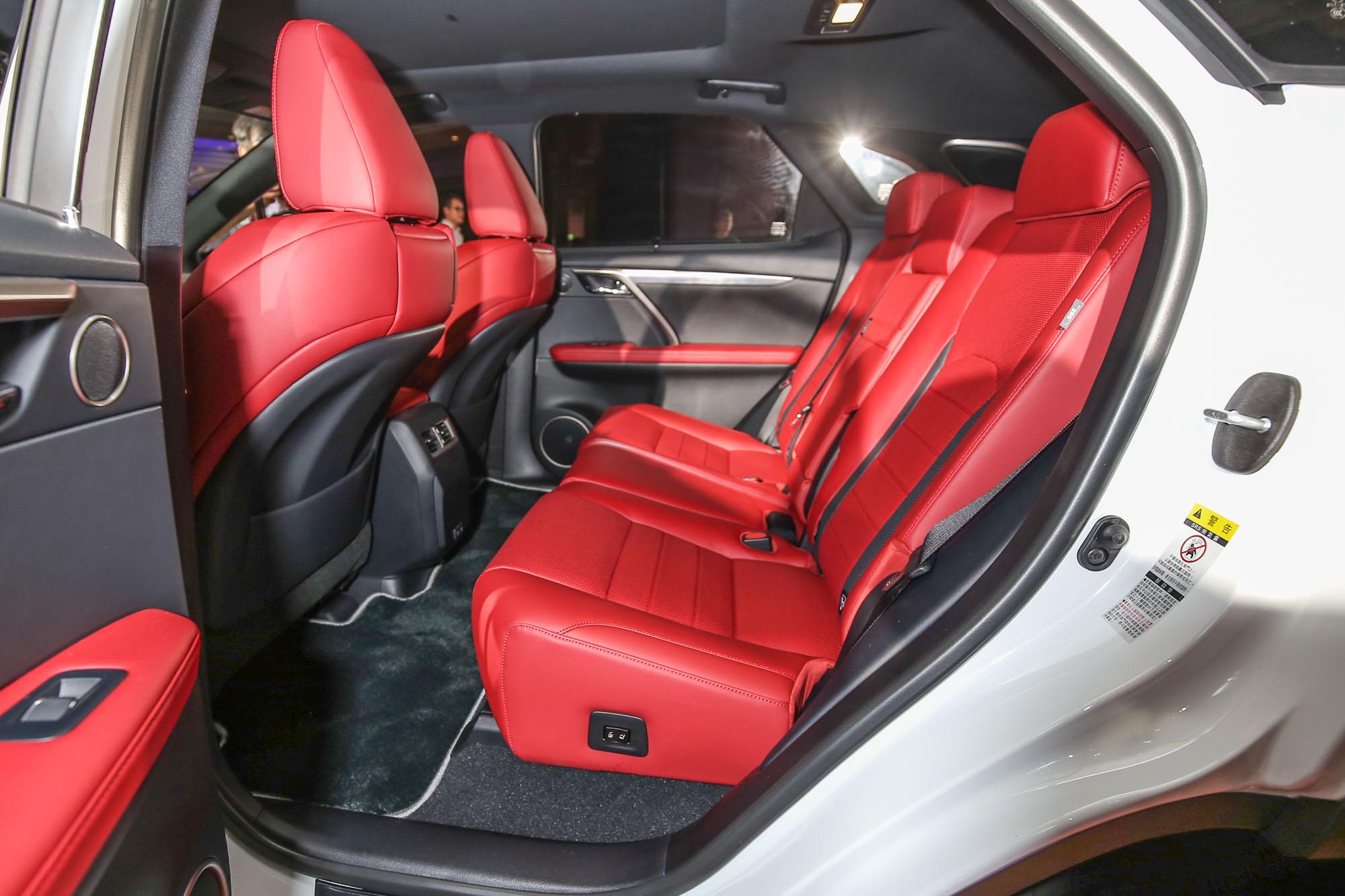 乘坐舒適度的升級,則是讓 RX 有更出色的行路質感