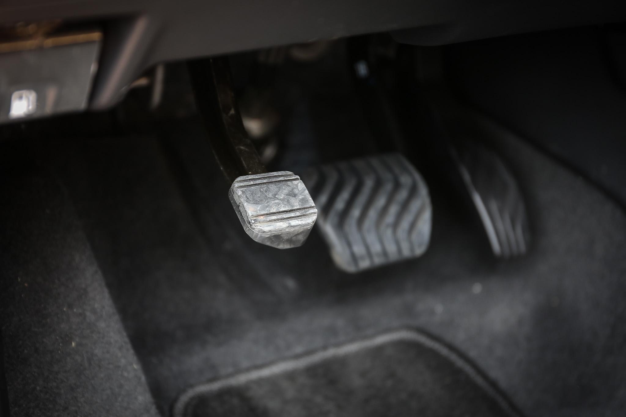腳煞式的手煞車系統已非市場主流,為難以適應之處。