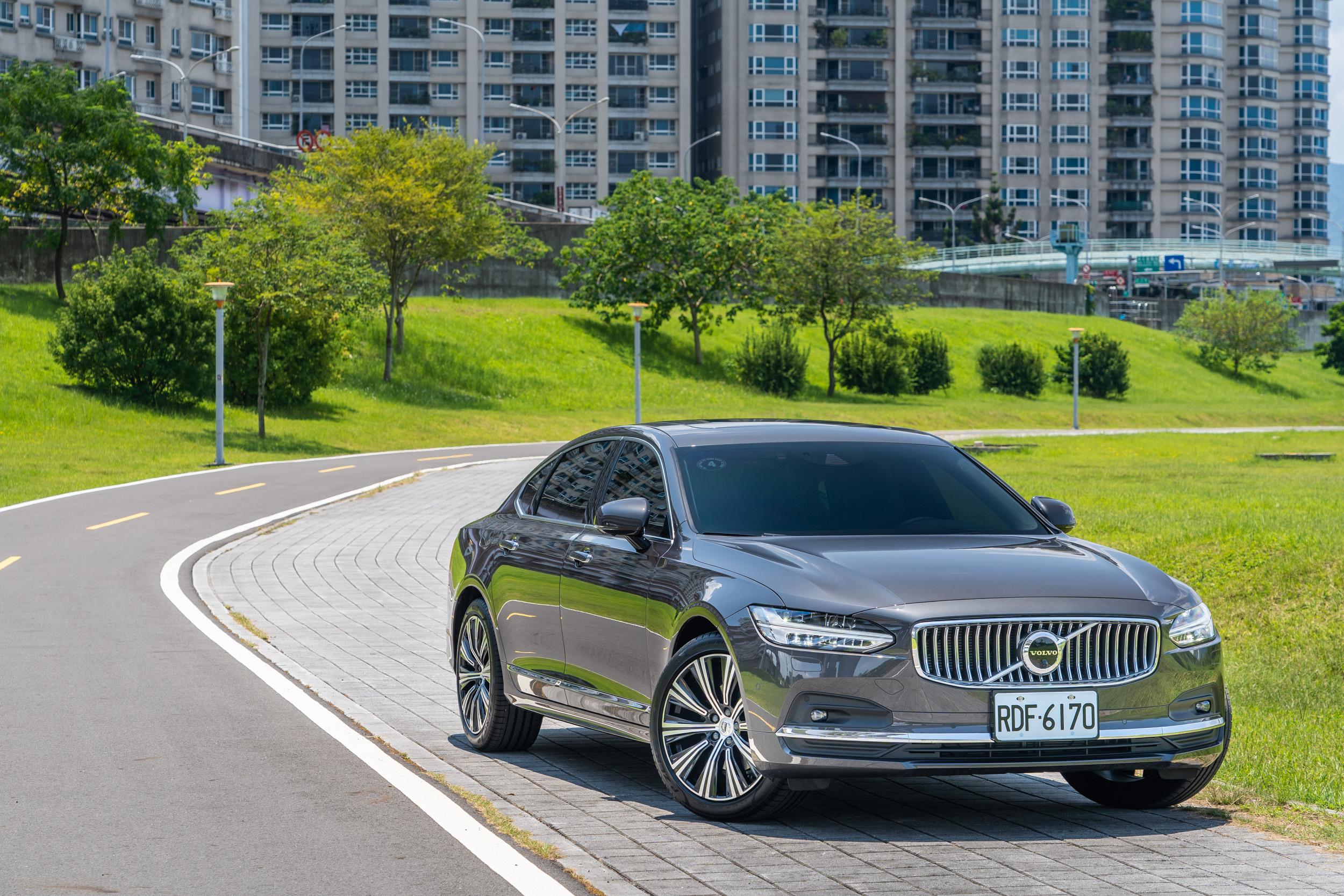試駕車款為 Volvo S90 B4 Inscription,售價為新台幣 270 萬,現推出現金優惠價 229 萬元。
