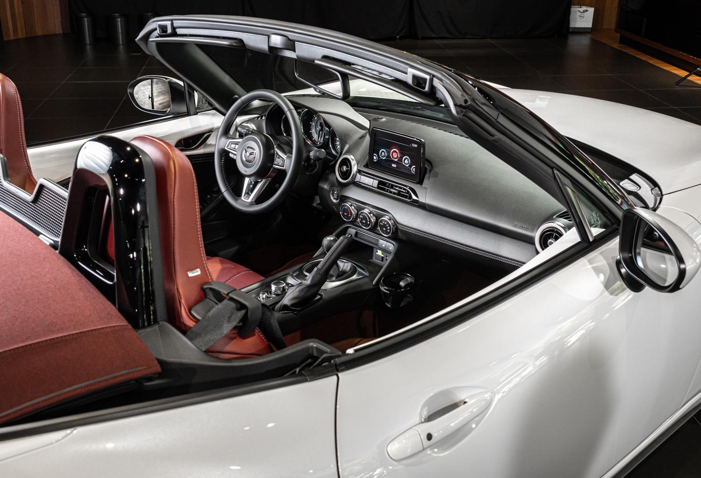 Mazda MX-5/ MX-5 RF 為黑色皮革飾板搭配冷氣出風口白色飾環。