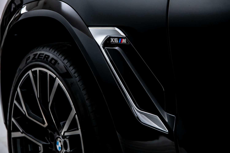 BMW X6 M 車側鰓狀導流氣孔提升高速行駛時的穩定性。