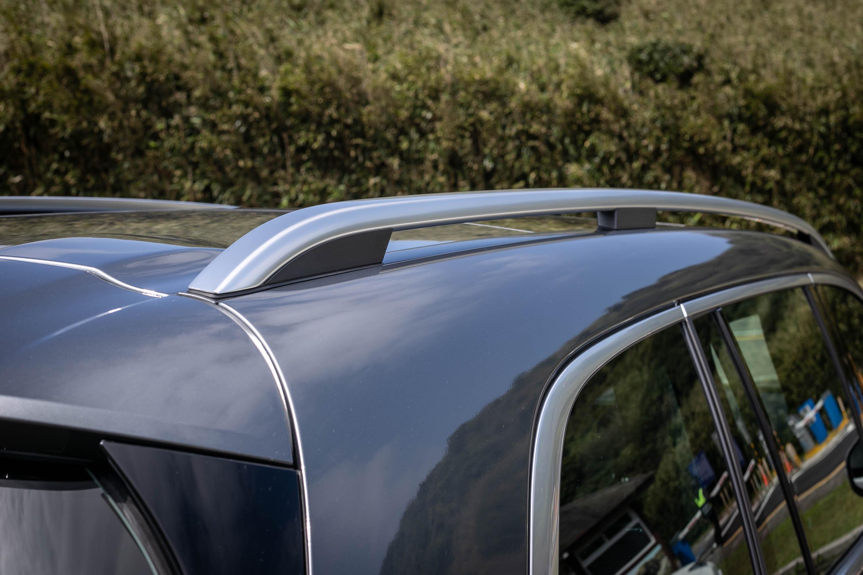 銀色車頂架也為 GLS 車系標配。