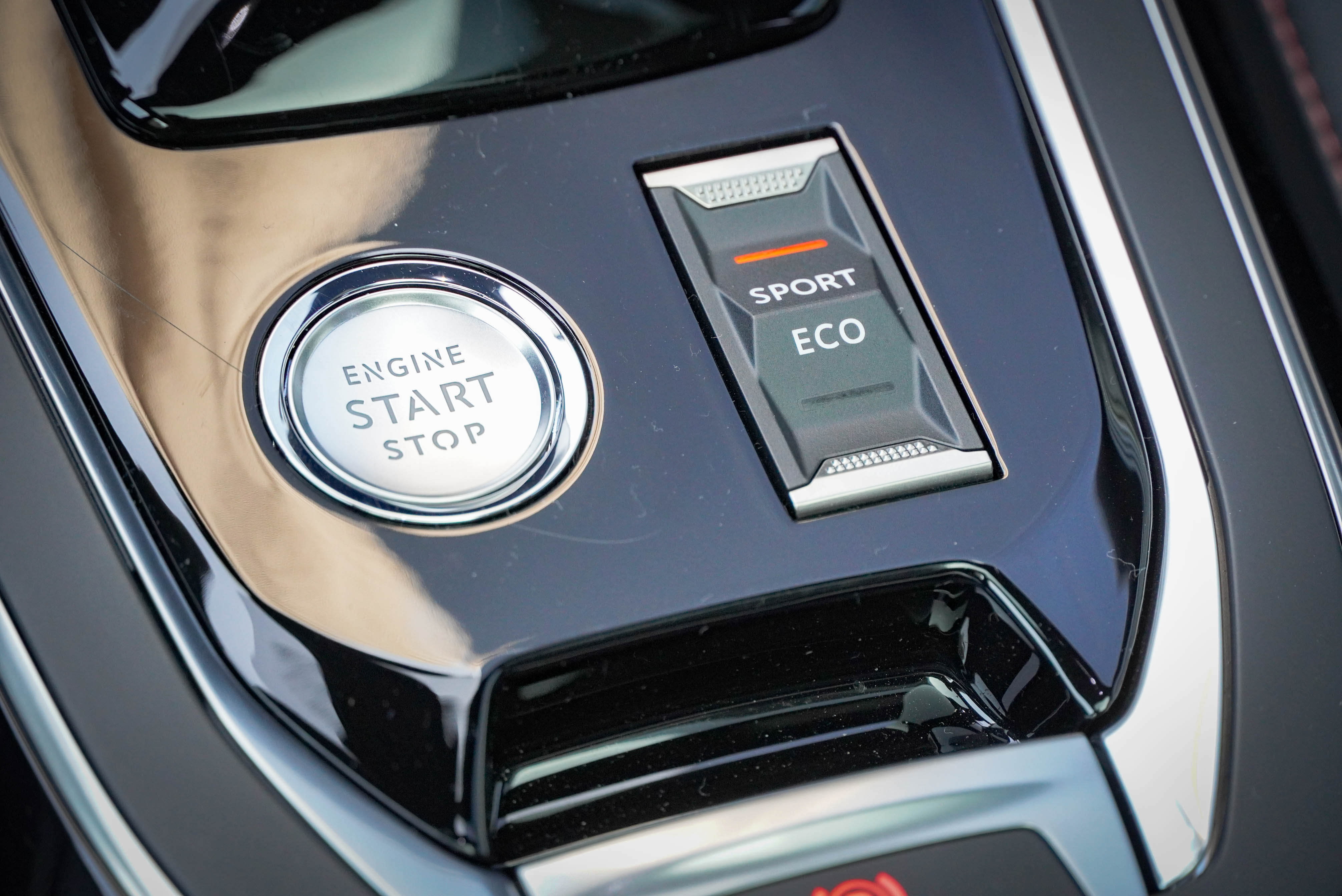 308 擁有「Eco 節能行駛模式」與「Sport 運動化模式」可選。