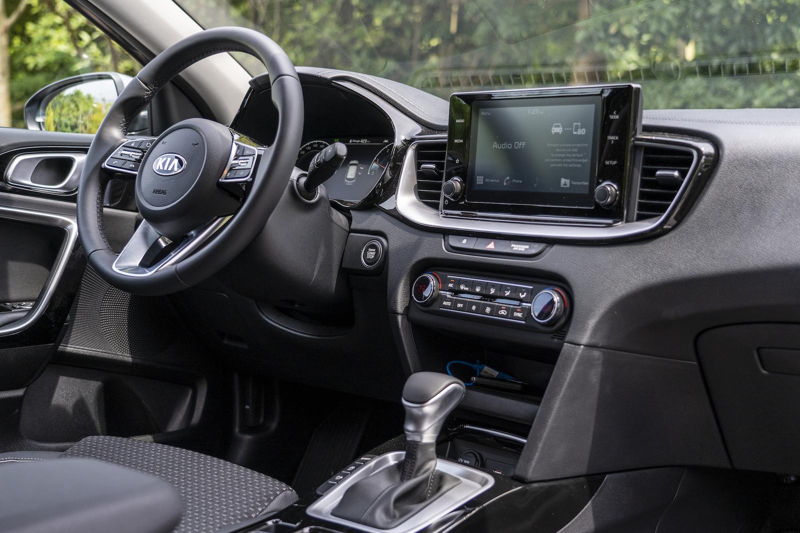 駕駛者為主要導向的中控台設計,霧銀色飾板和鋼琴亮面烤漆的交疊運用方式相當聰明。