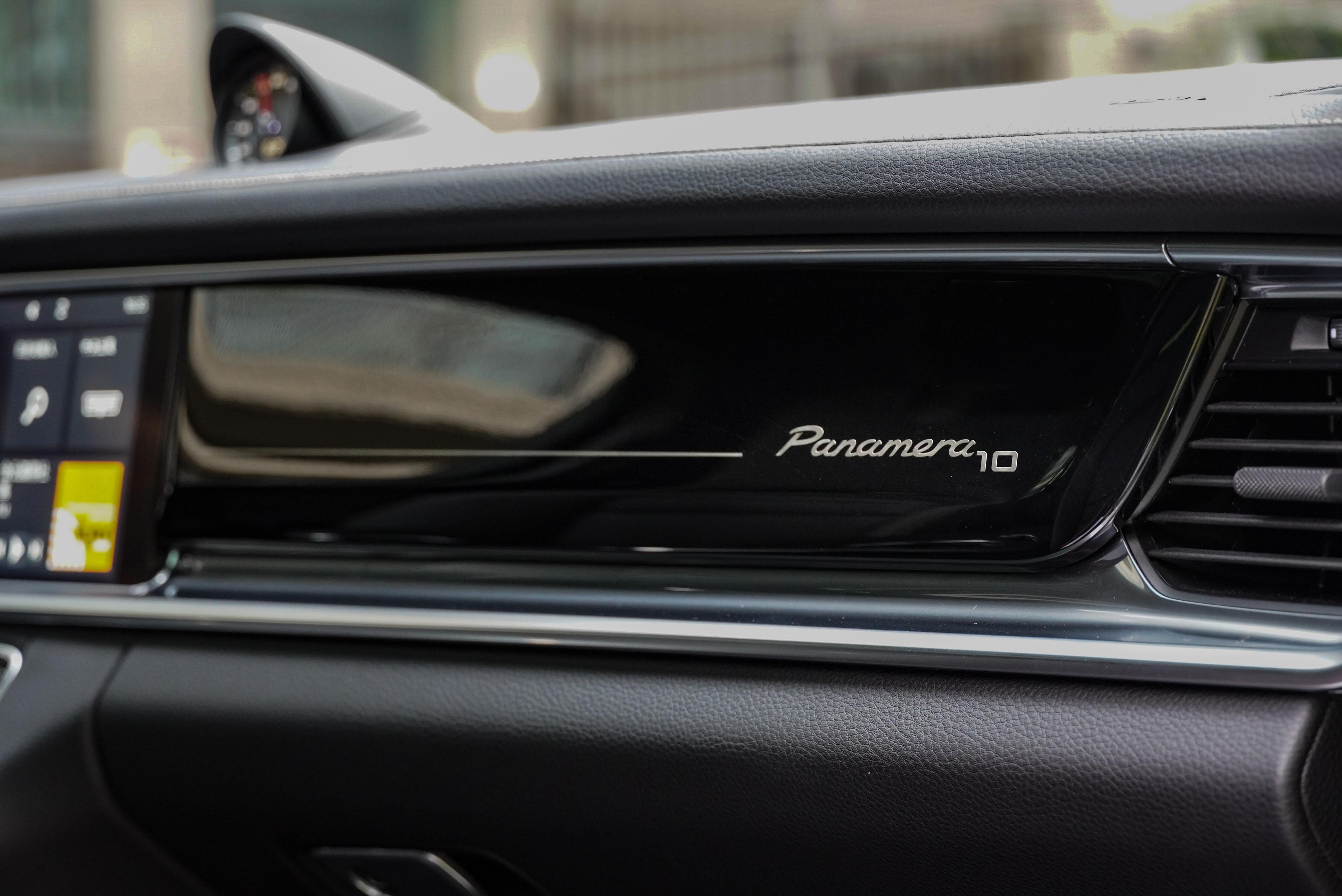 鋼琴烤漆飾板上有 Panamera10 字樣。