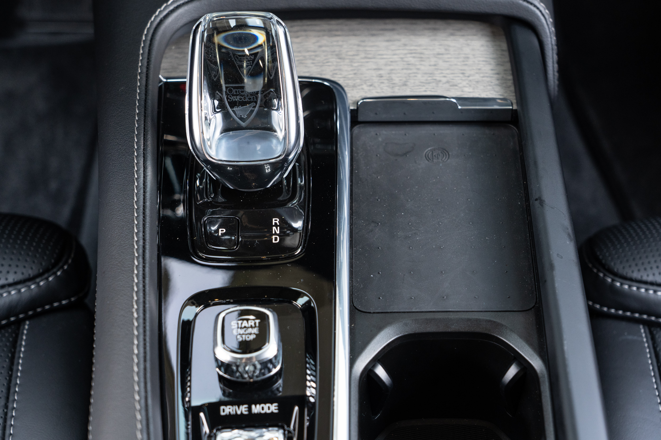 排檔座右側為無線充電板。