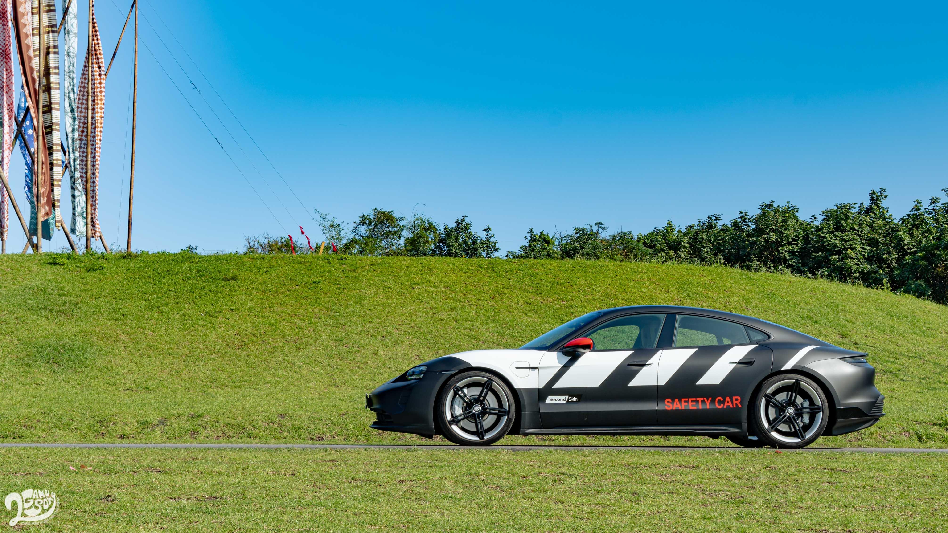 系出同平台的 Porsche Taycan。