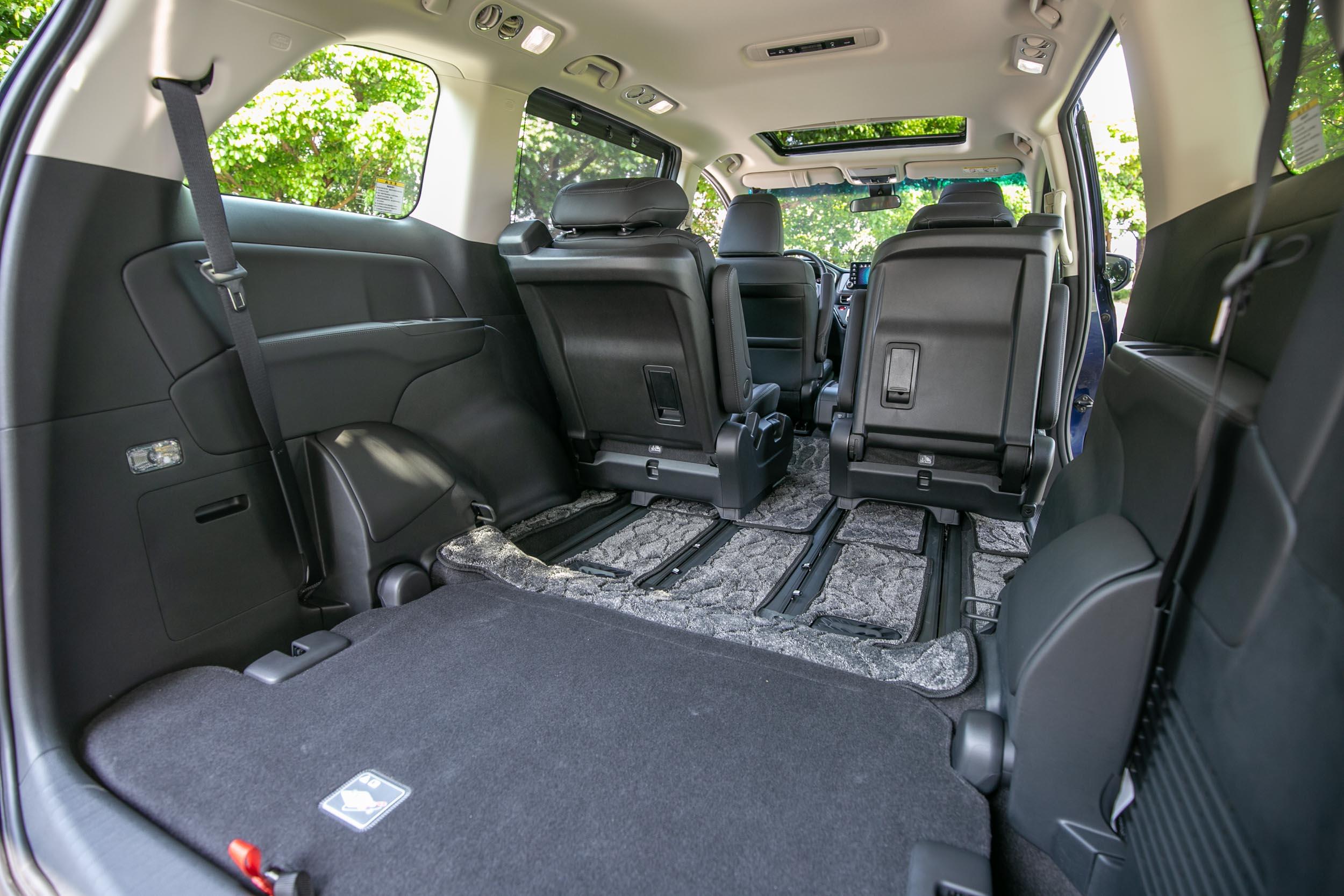 第三排座椅收納、第二排椅背前傾後,可營造相當寬敞平整的置物空間。