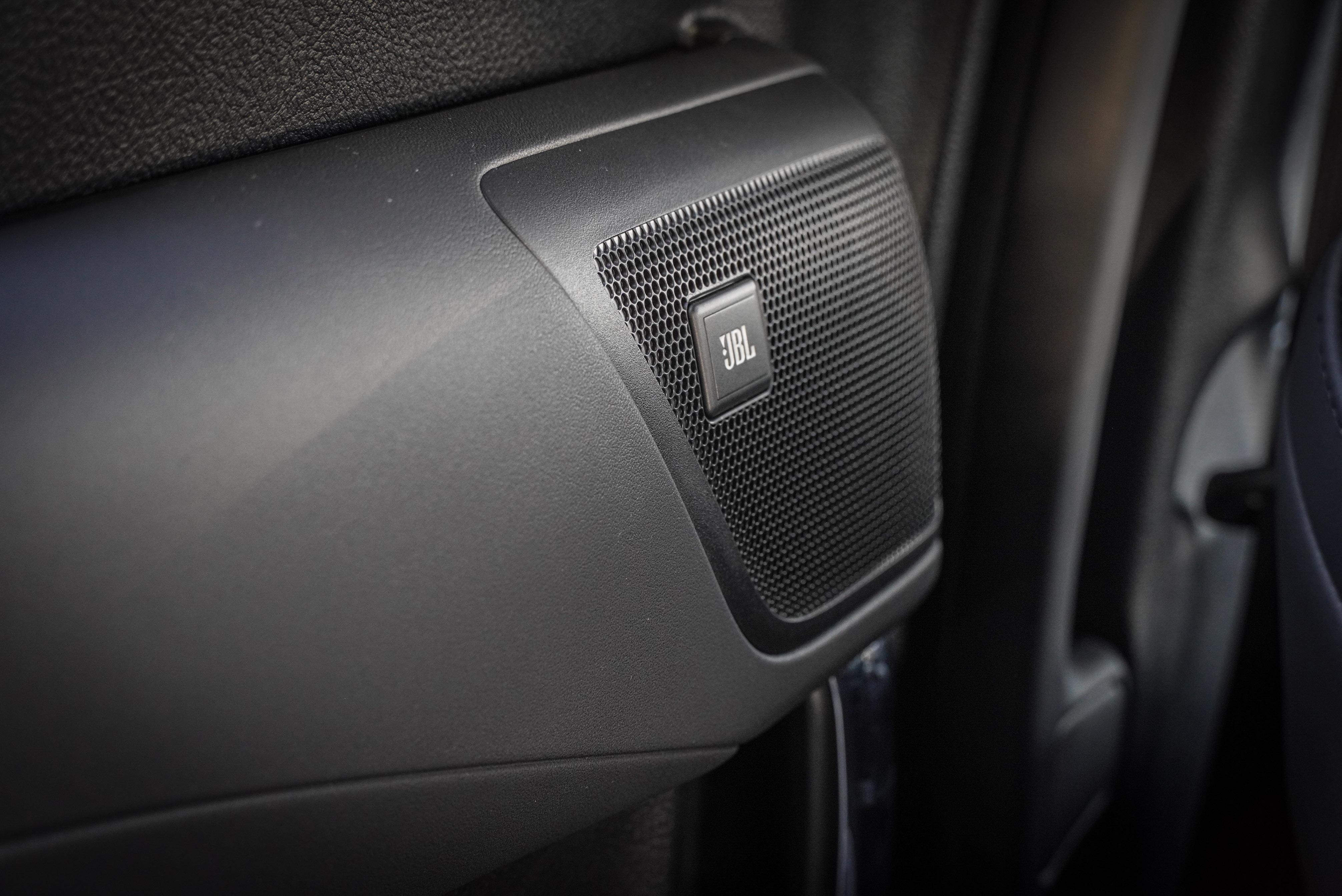 標配 JBL 17支揚聲器立體環繞音效。