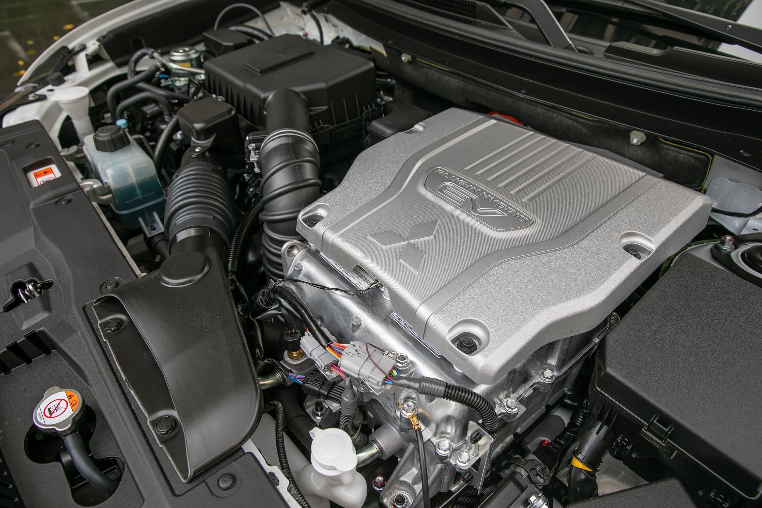 Outlander PHEV換上了以阿金森循環的2.4升直列四缸汽油引擎,馬力輸出提升到134.6ps/21.5kgm。