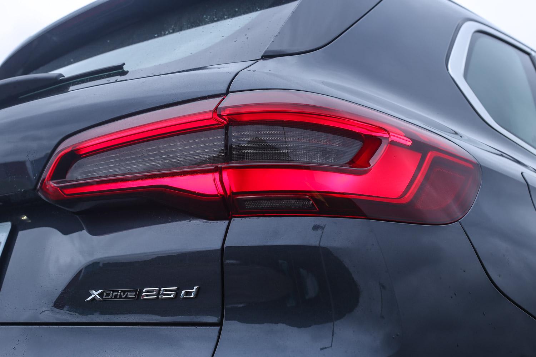 試駕車型為 X5 xDrive25d旗艦版,售價自 305 萬元起。