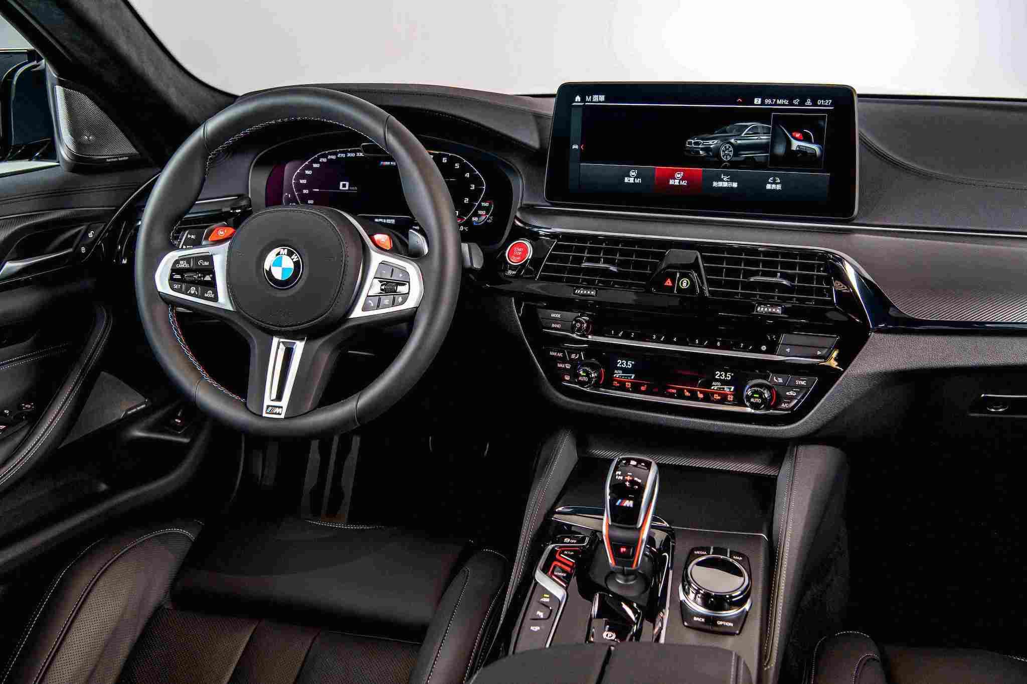 全新 BMW M5 全面升級了駕駛座艙,雙 12.3 吋虛擬數位儀錶與中控觸控螢幕。