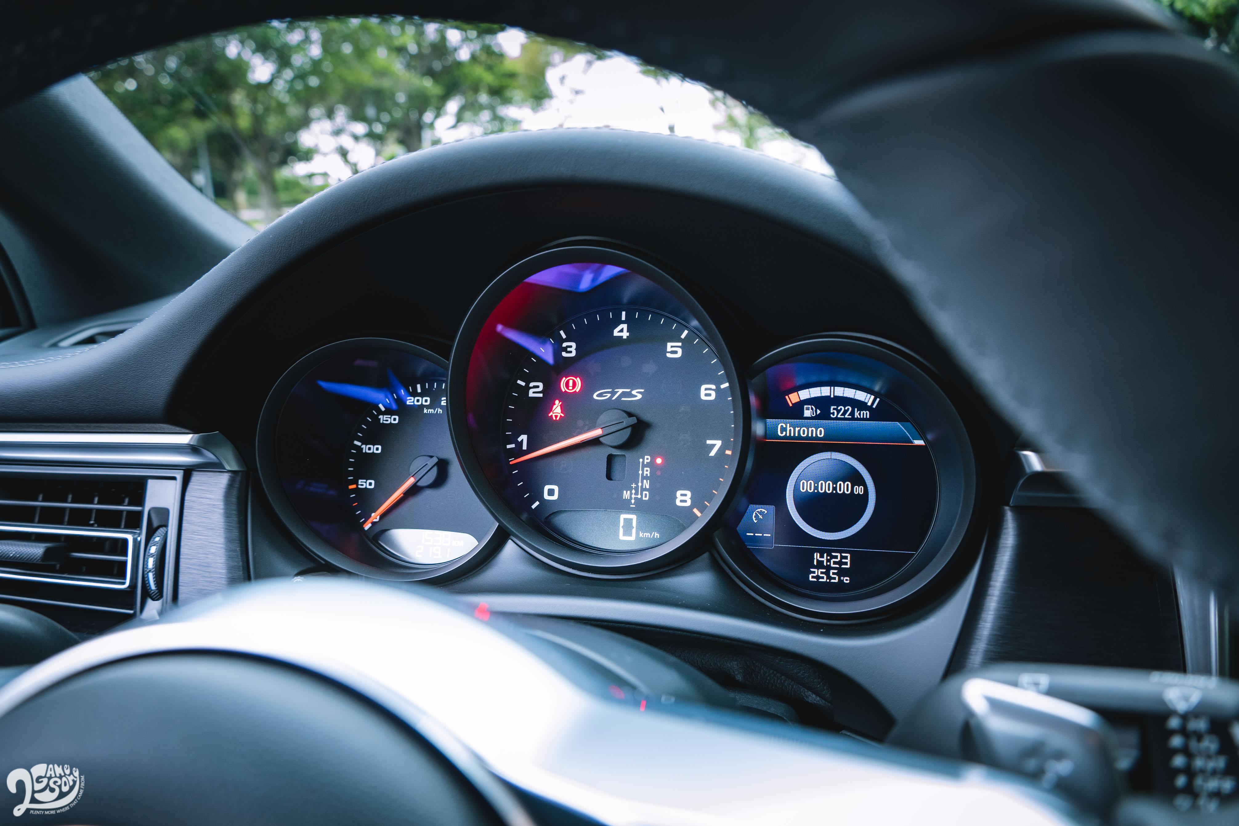 三環式儀錶右側為液晶顯示幕,中央轉速錶有 GTS 字樣。