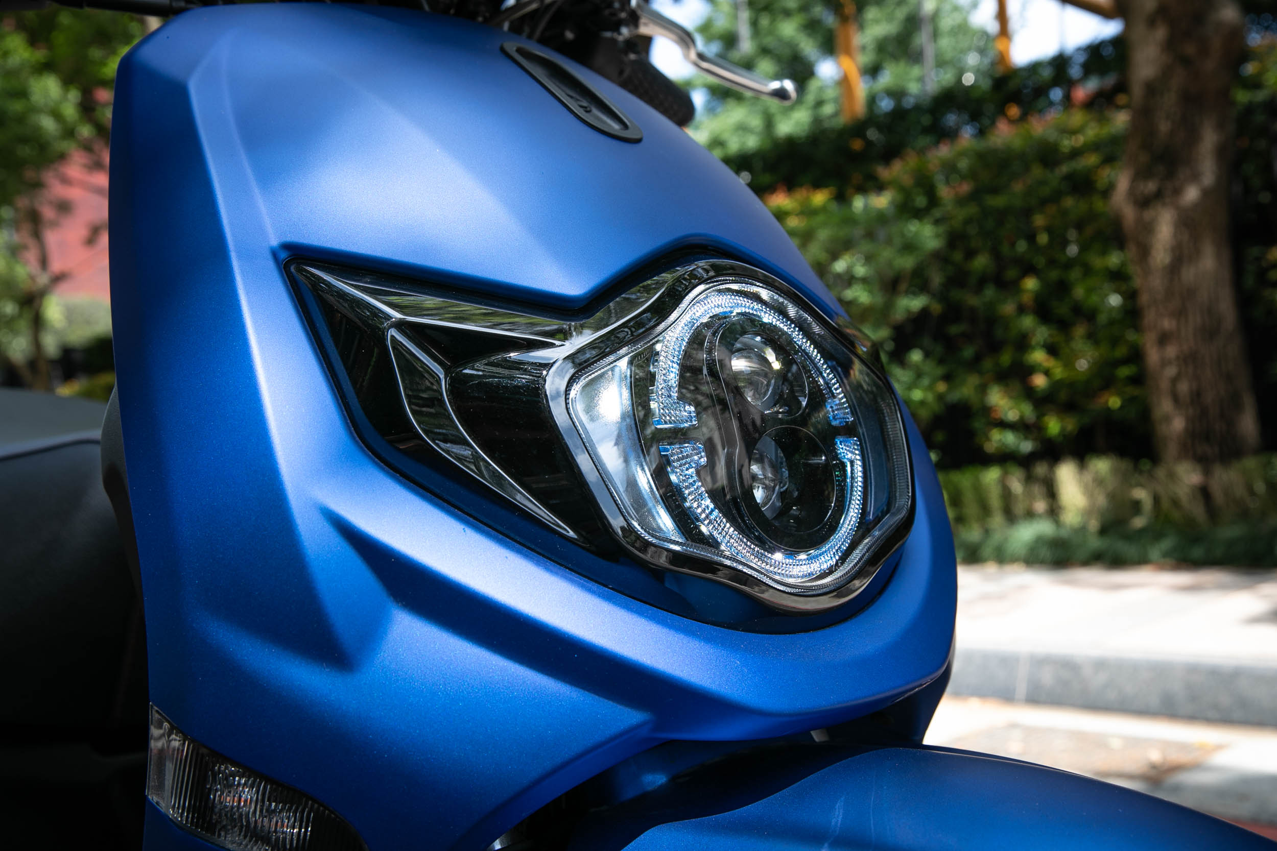 LED雙魚眼藍鏡燈。