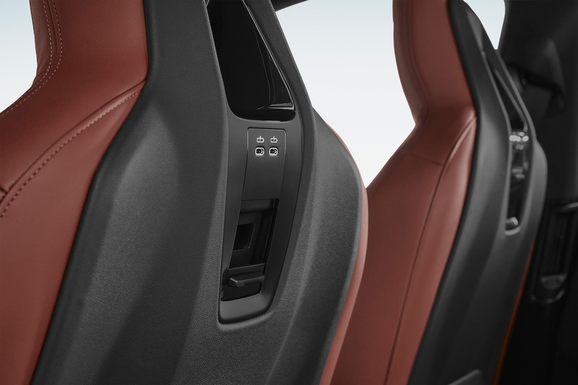 iX 前座椅背有多種變化方式供後座乘客使用。