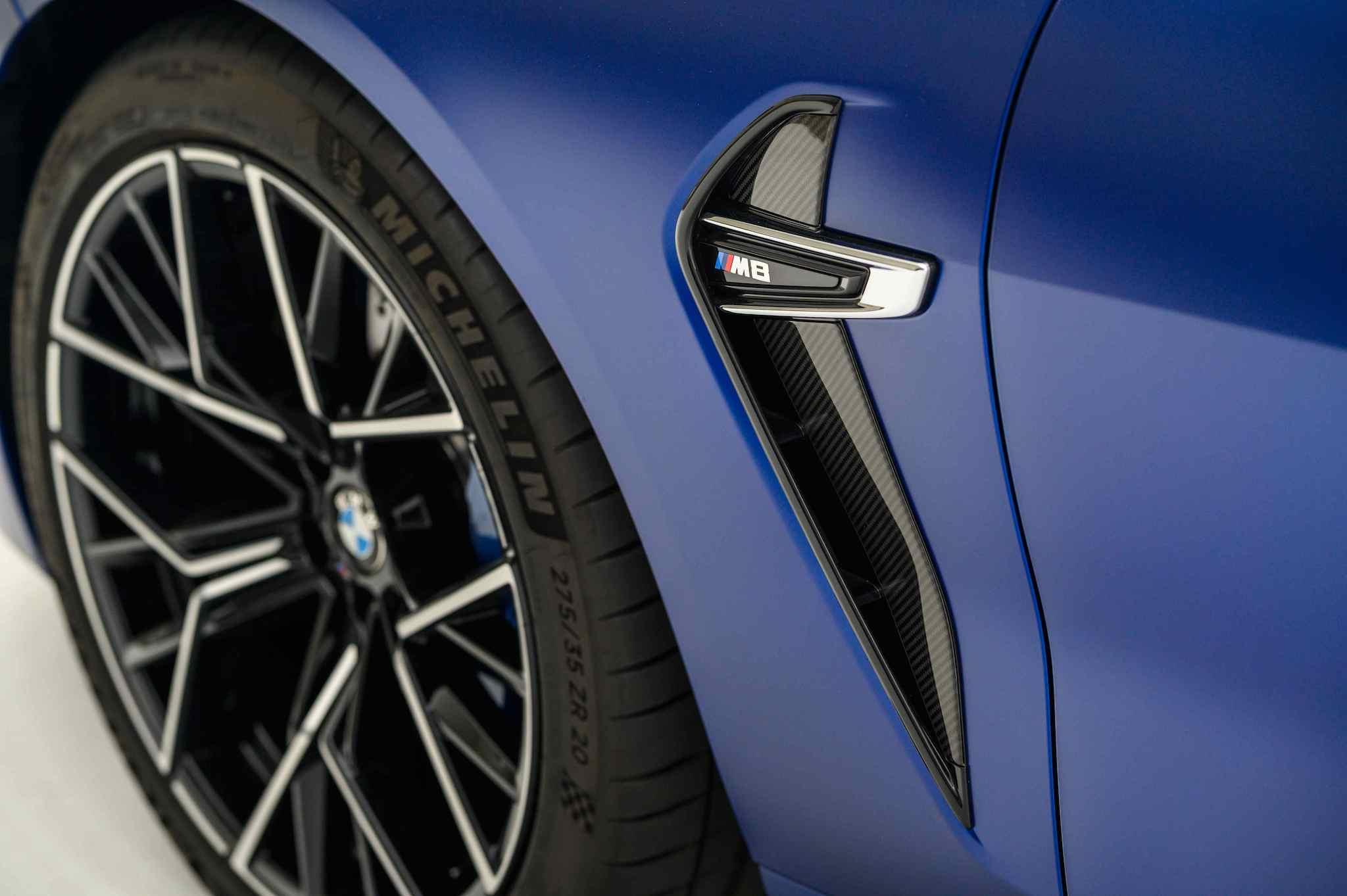 迴力鏢造型的車側導流氣孔以碳纖維材質打造外框線條。