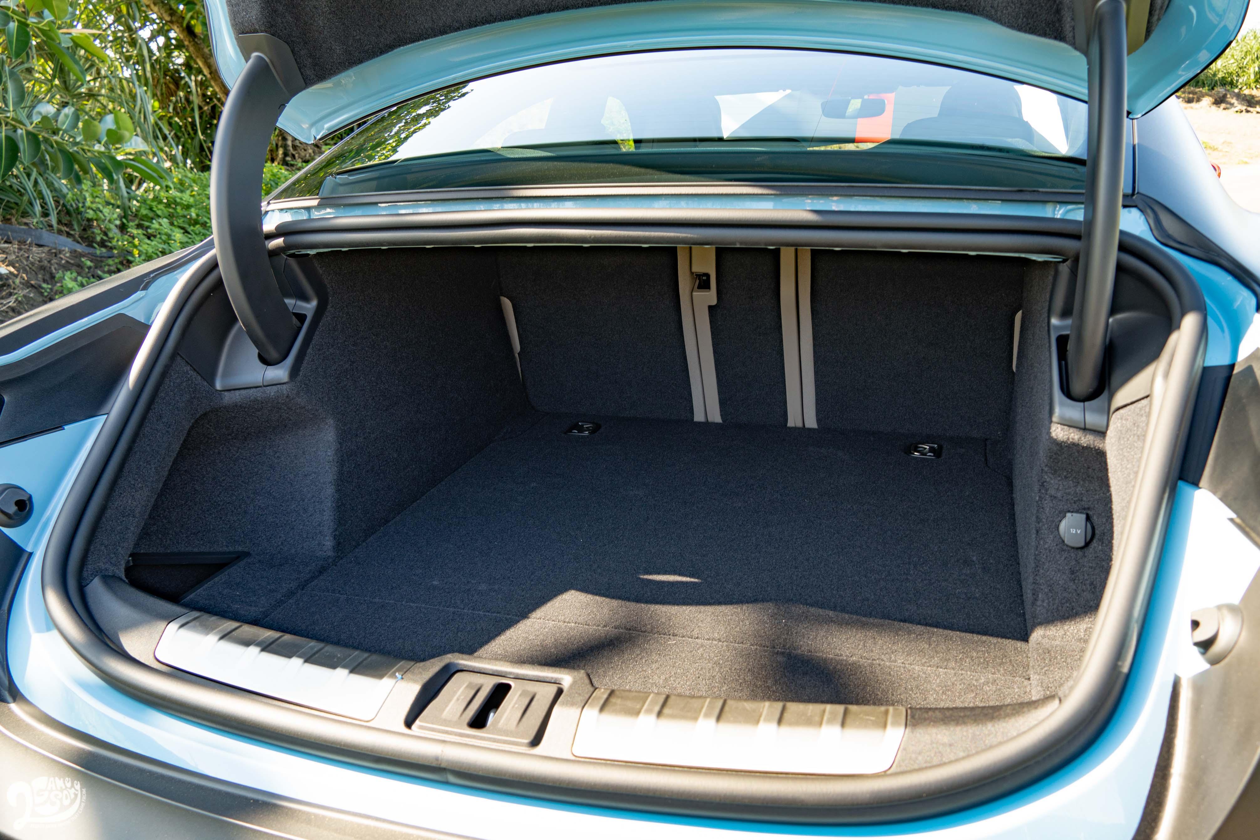 行李廂在椅背傾倒前基本就有 488 公升。