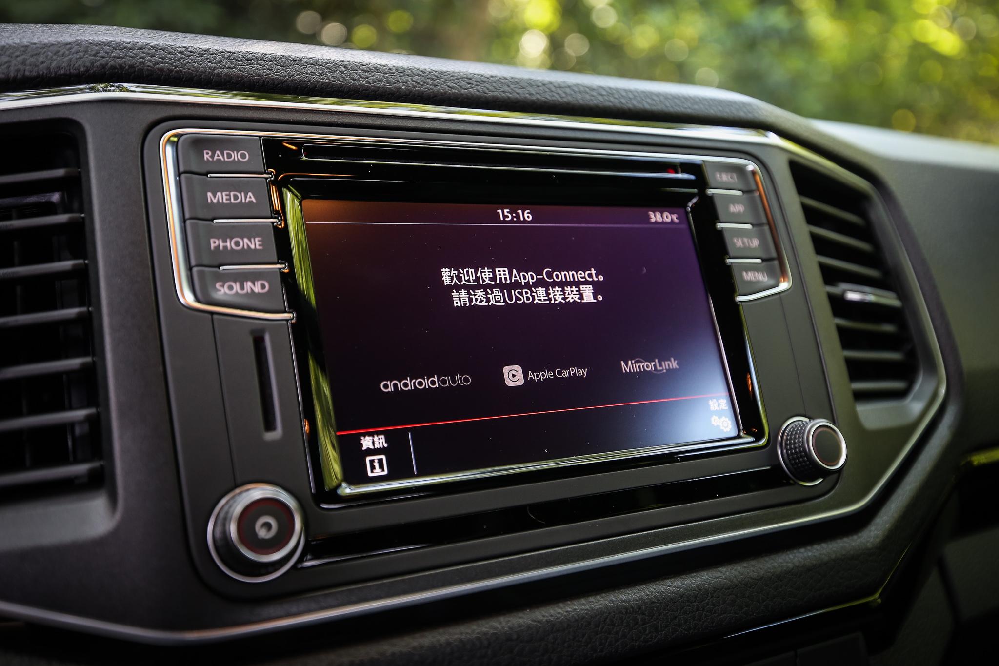 標配支援 Apple Car Play 與 Android Auto 的 App Connect 手機多媒體連結功能與 6.33 吋觸控式 Composition Media 音響系統。