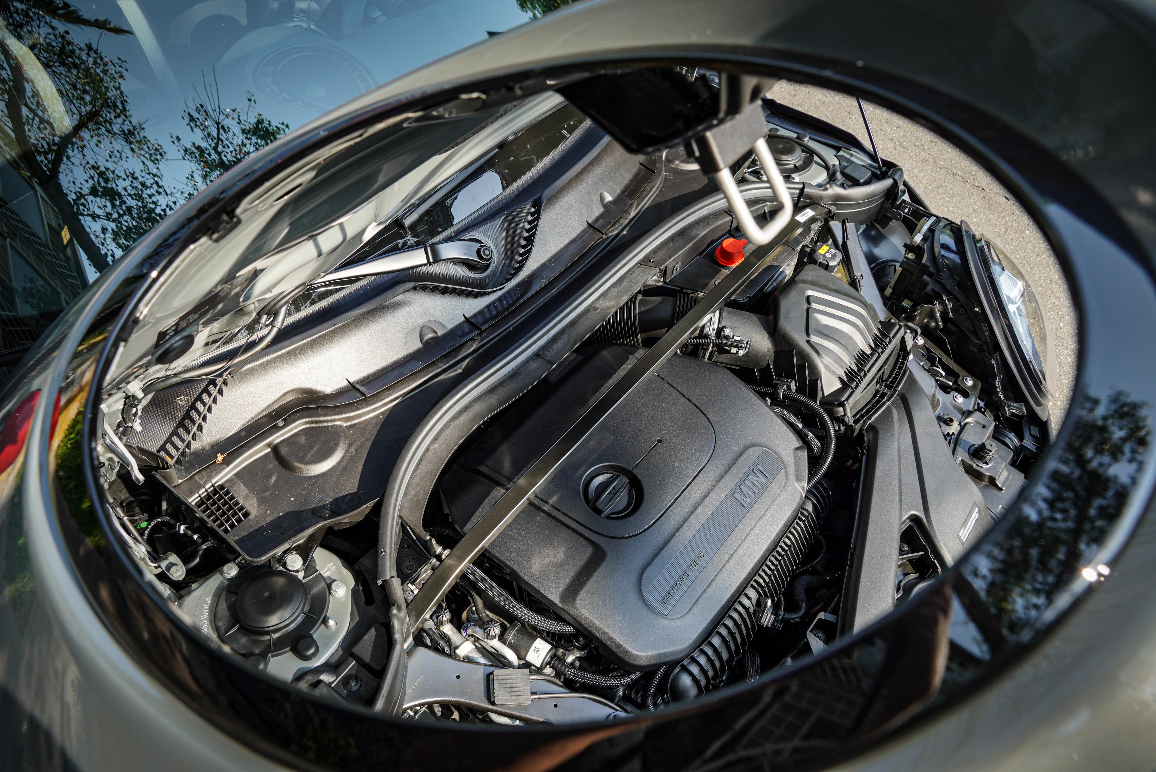 JCW 引擎室多了拉桿強化穩定性。TwinPower Turbo 渦輪四缸引擎出力升級到 306 hp/45.9kgm。