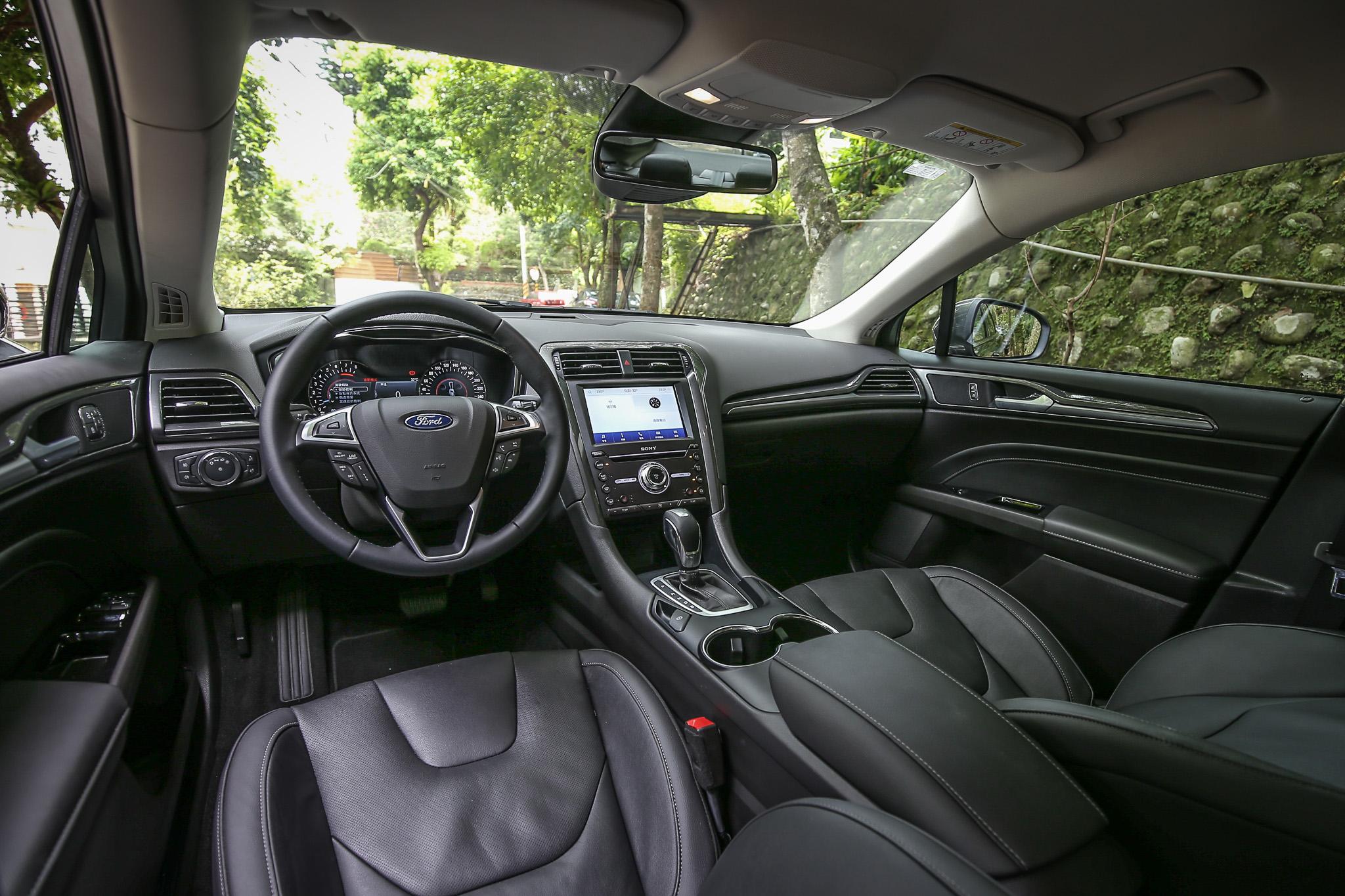 寬敞的車室空間與夠水準的質感鋪陳,讓 Mondeo 珍藏型仍具競爭力
