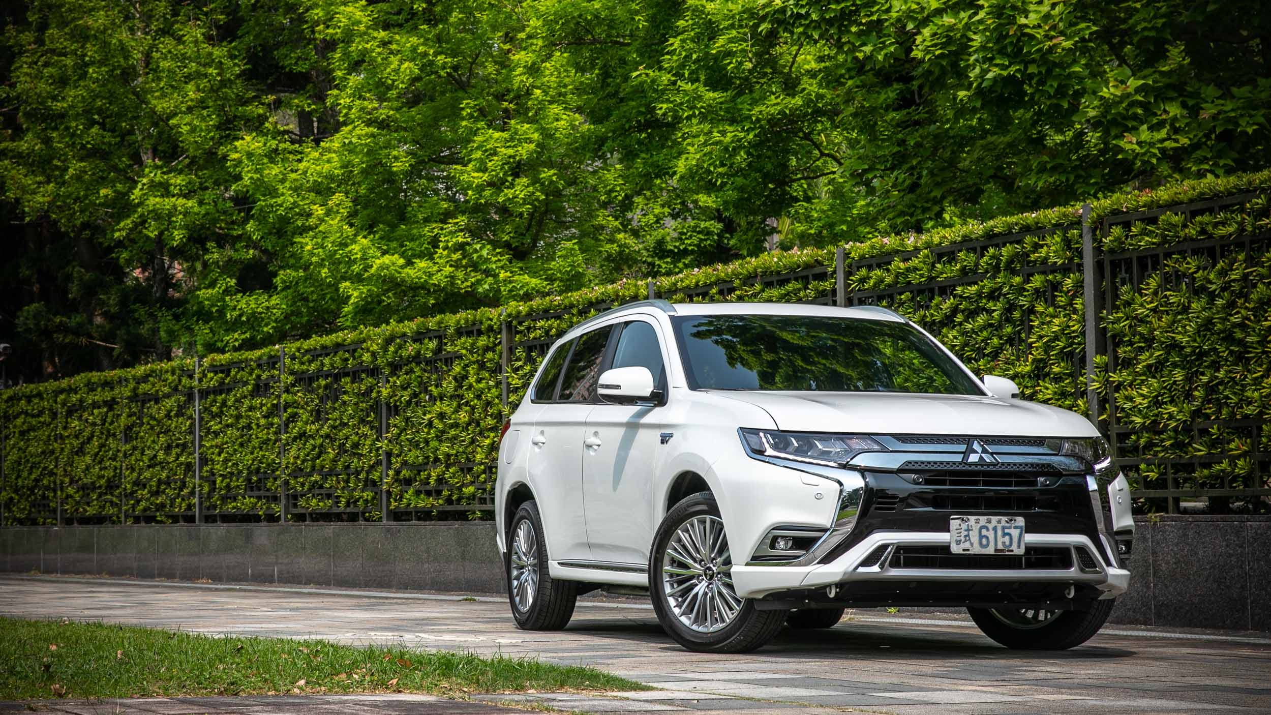 Mitsubishi 小改款 Outlander PHEV 使出殺手鐧!效能升級+大幅降價都來!