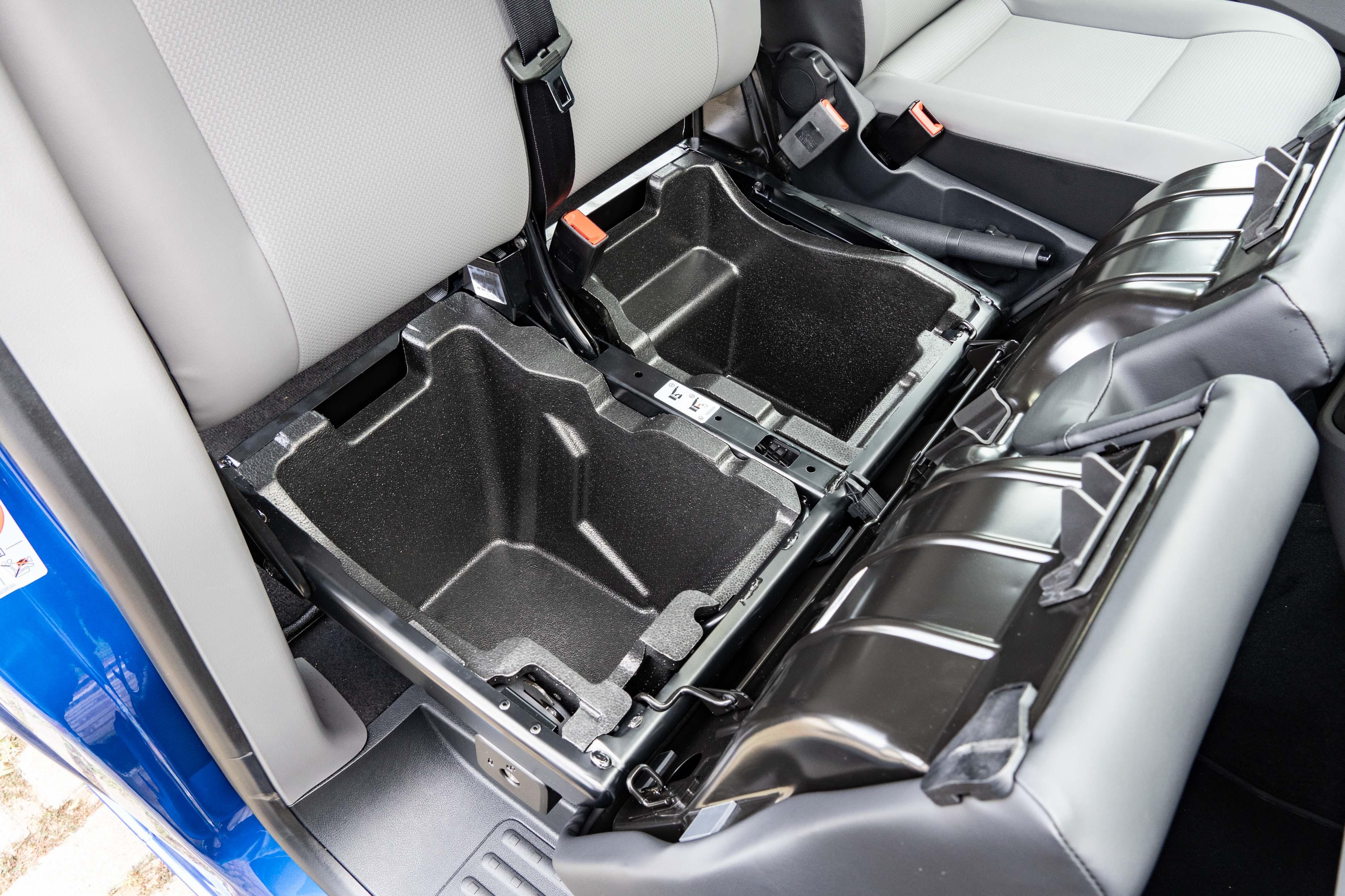 前座椅墊下方提供額外收納空間。